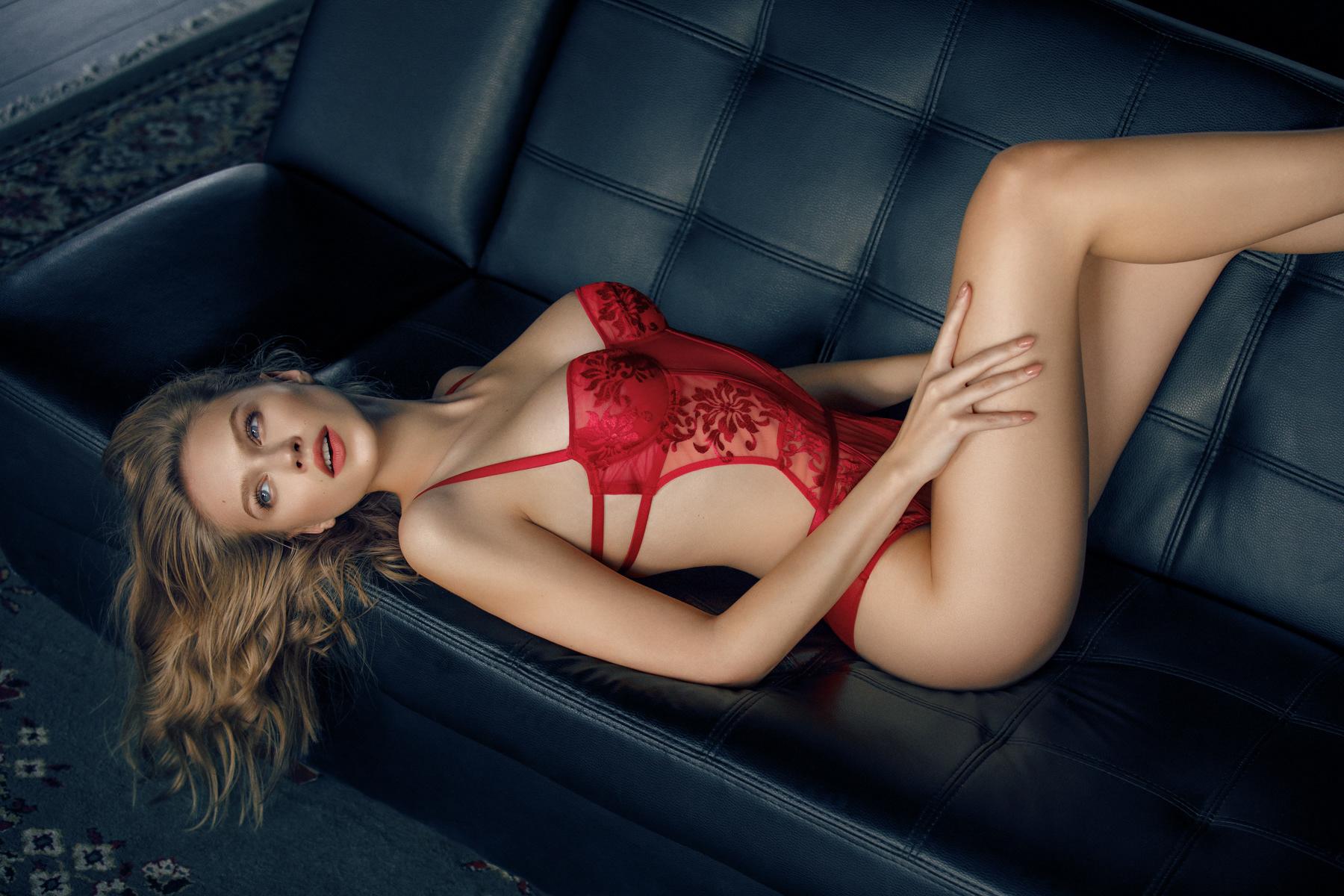 Блондинка в красном кружевном белье — pic 13