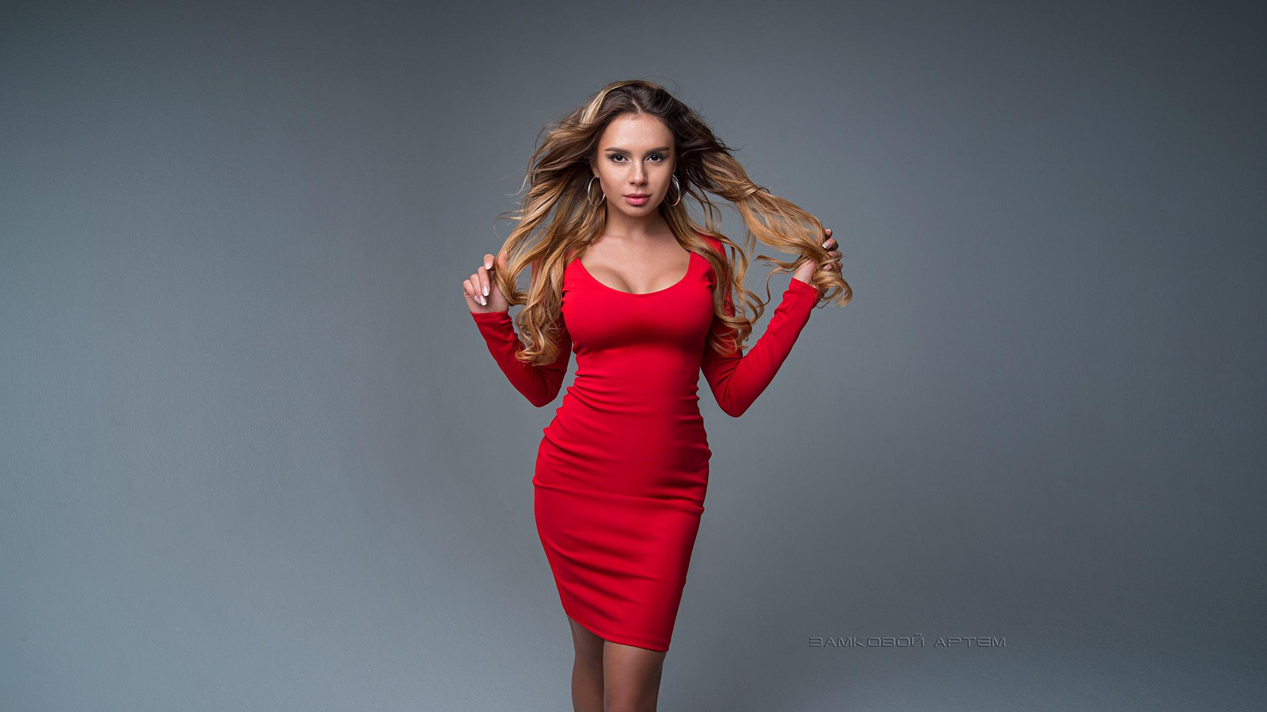 3f63e46021 Ingyenes háttérképek : nők, szőke, portré, egyszerű háttér, piros ...