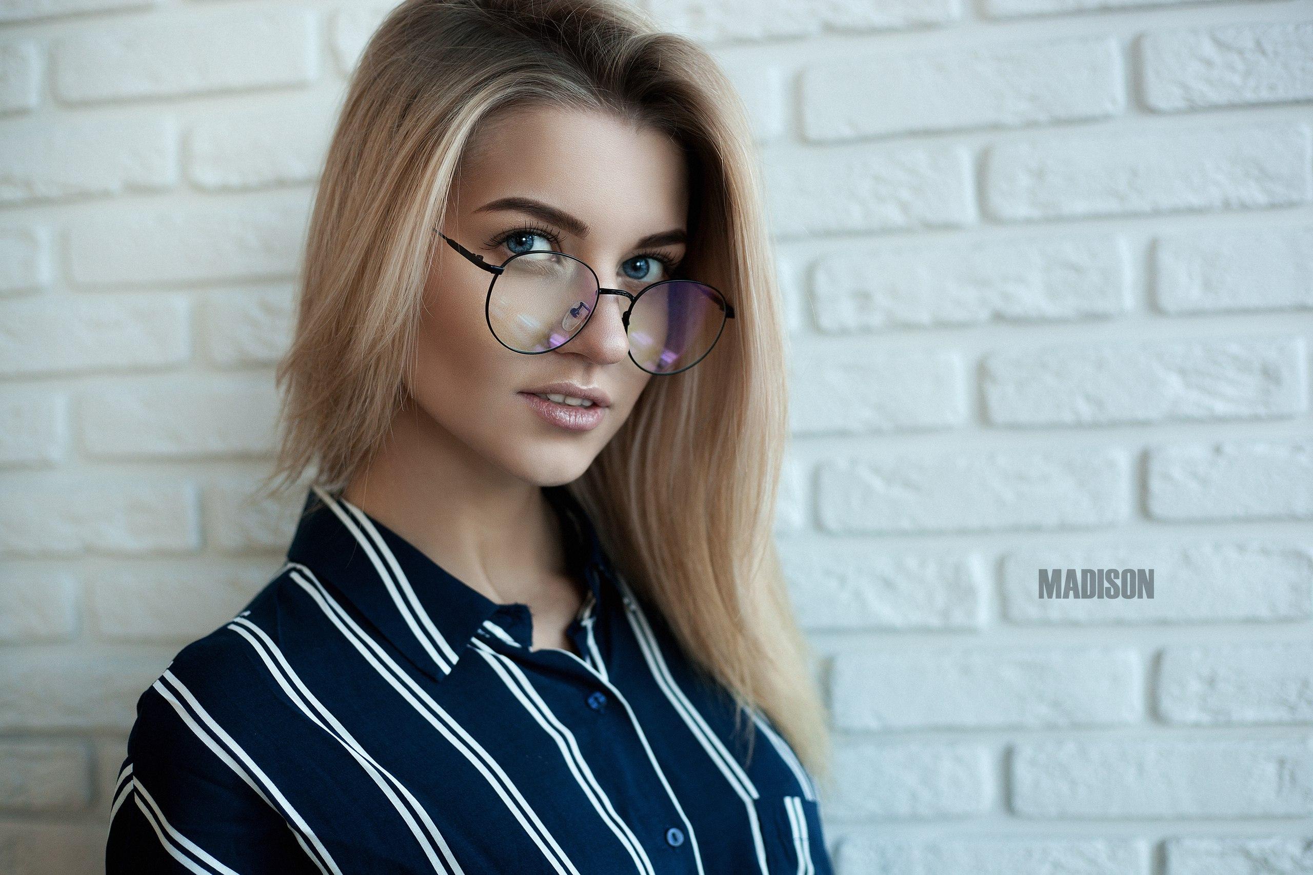 krasivaya-blondinka-medison-negri-do-bessoznatelnogo-sostoyaniya-otebali-telku