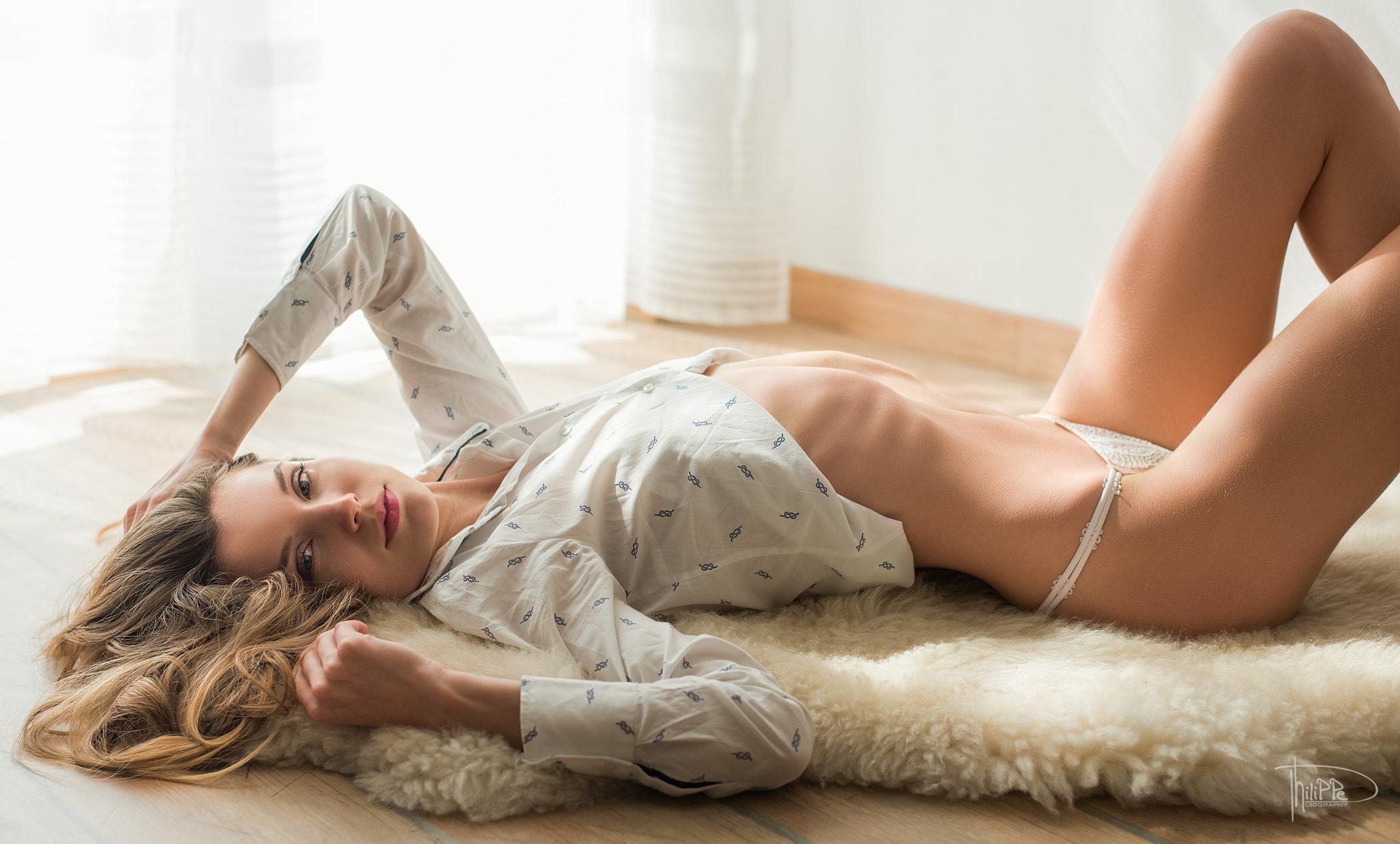 смотреть девушка лежит голая стройная тайка
