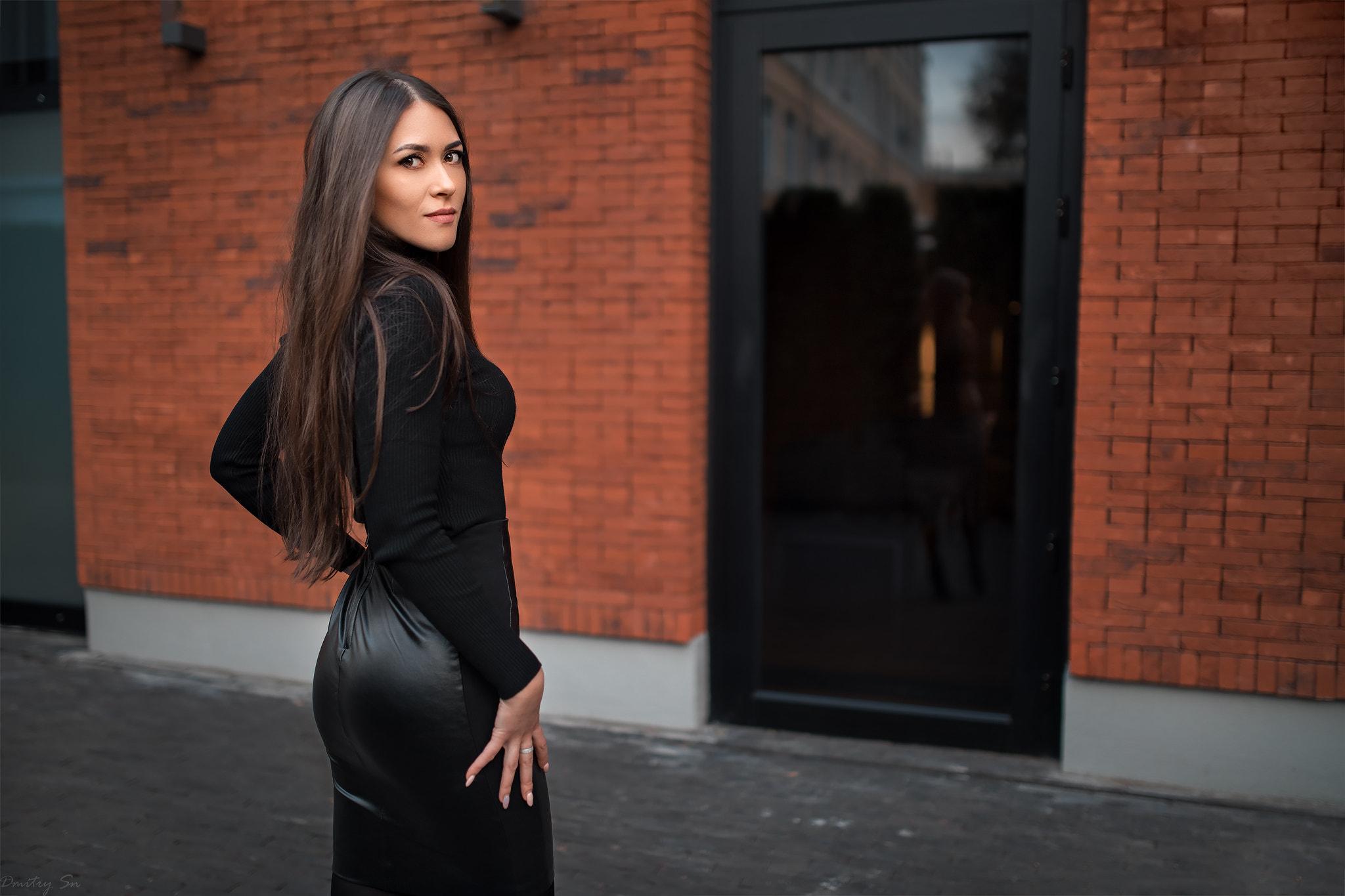 d99aa8f2ac05 ženy bruneta hnědé oči Černá košile black skirts dívá přes rameno při  pohledu na diváka kožené