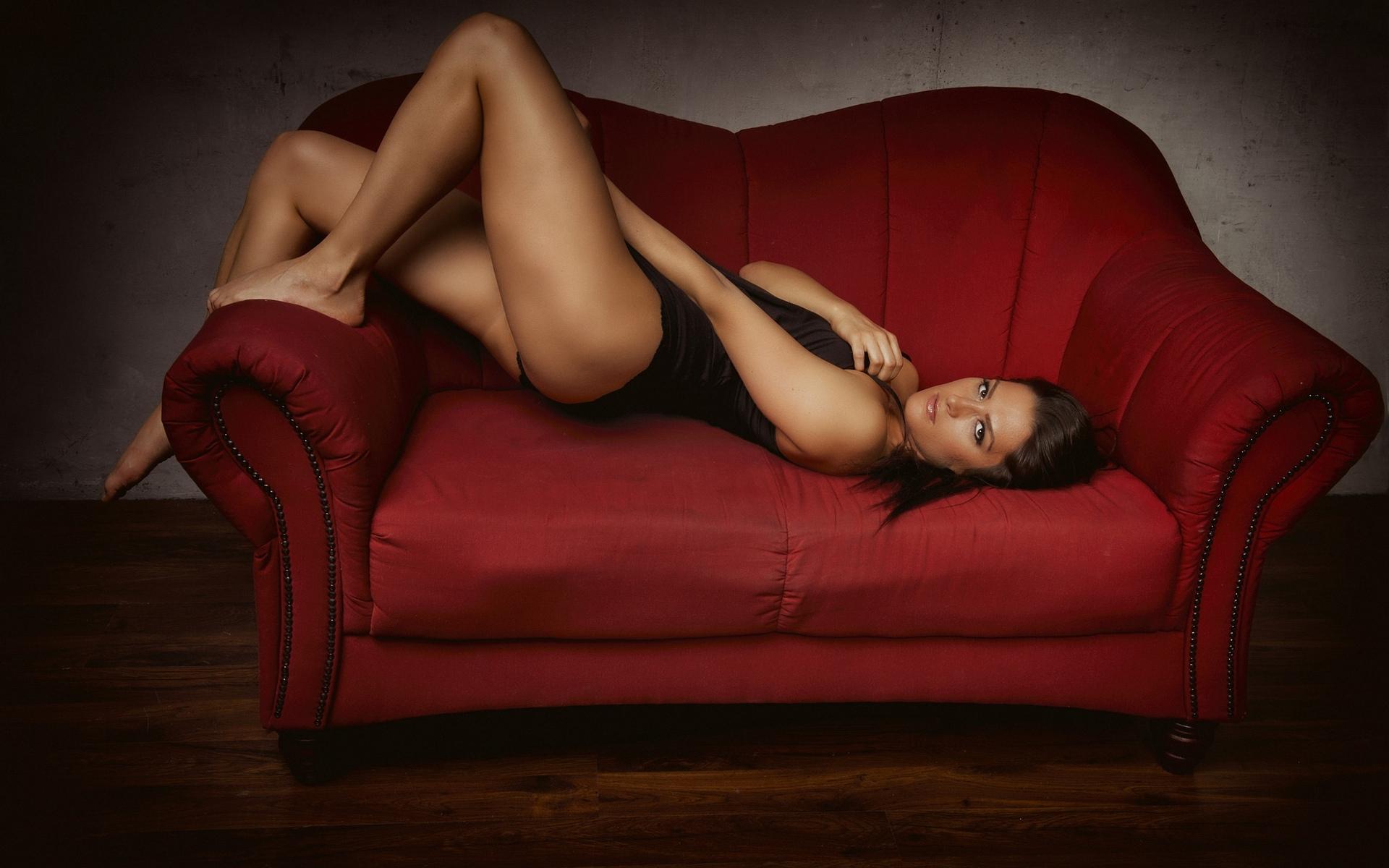 женские ножки на диване