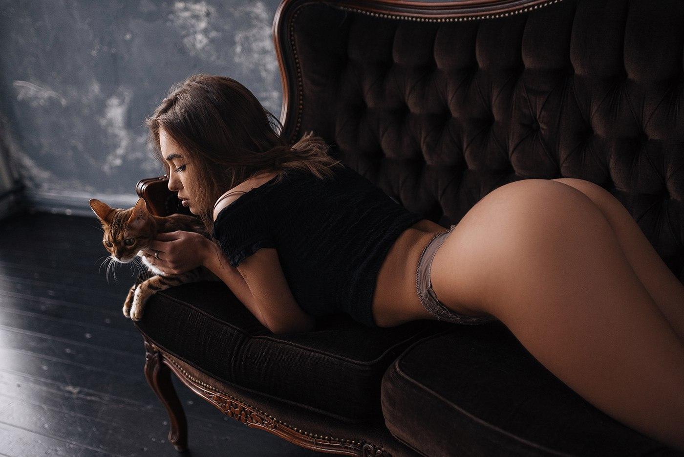 девушки лежат на диване кверху попой на экспресс панель фото сделать