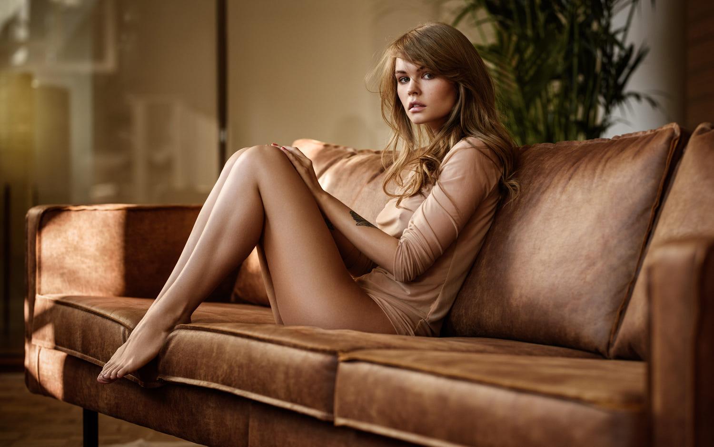 голая девушка на диване фото
