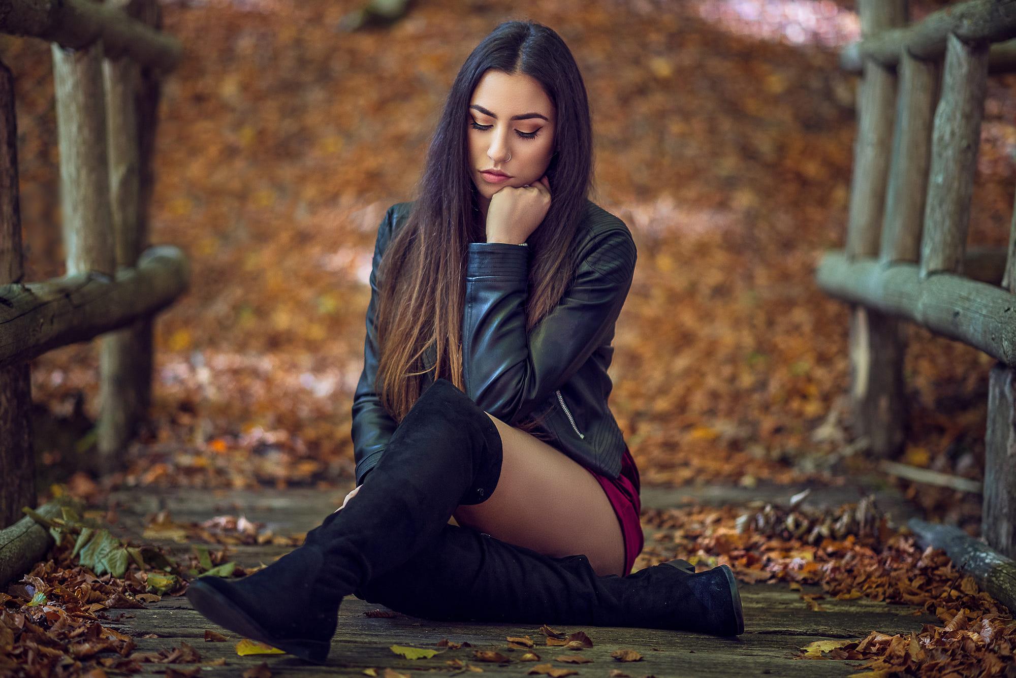 симпатичная девушка сидит на лице - 2