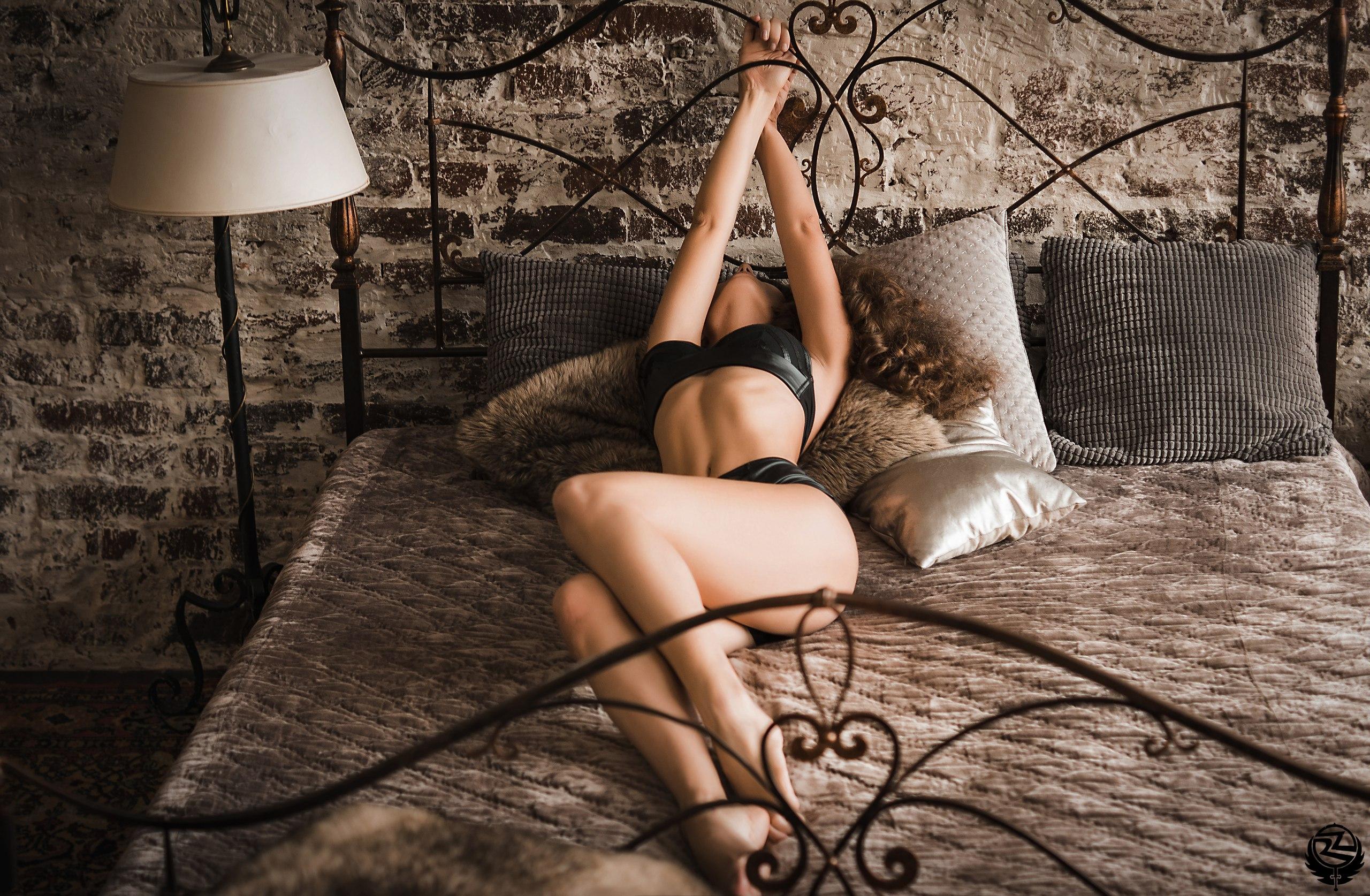 секс с превязанной к кровати женщиной
