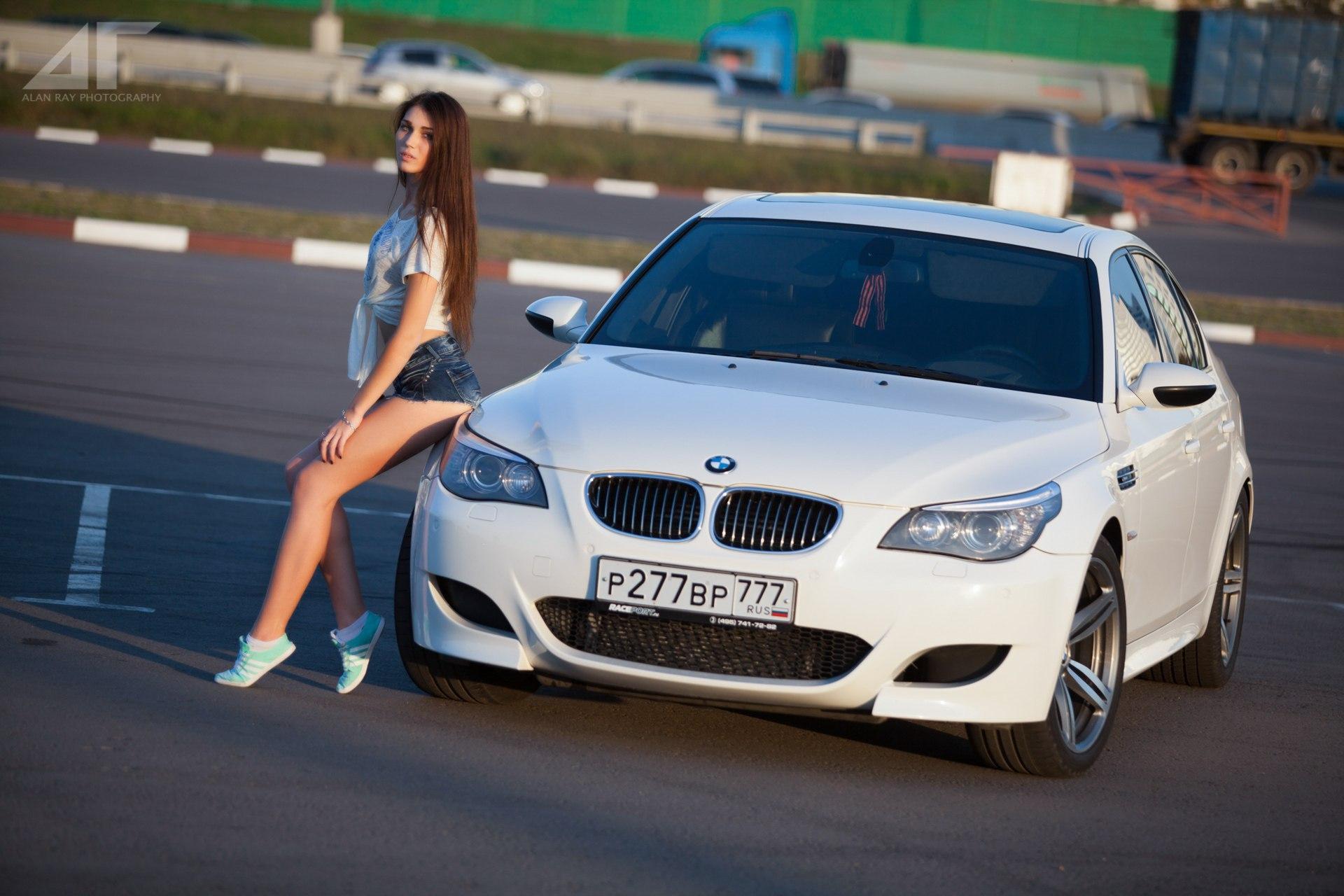Девушка с автомобилем бмв