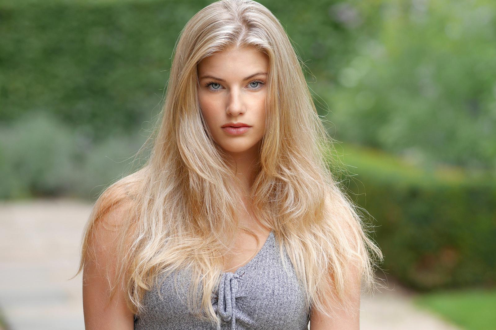 Стройная высокая натуральная блондинка с зелеными глазами и большой грудью