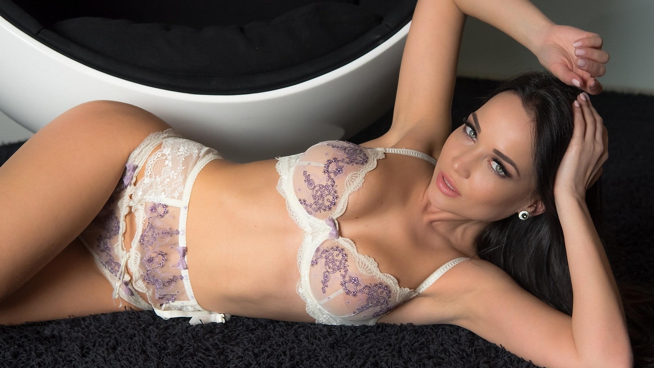 3d39bb68fec9 Kvinder model Angelina Petrova lingeri se gennem tøj hvidt lingeri  hofteholder trusser bh