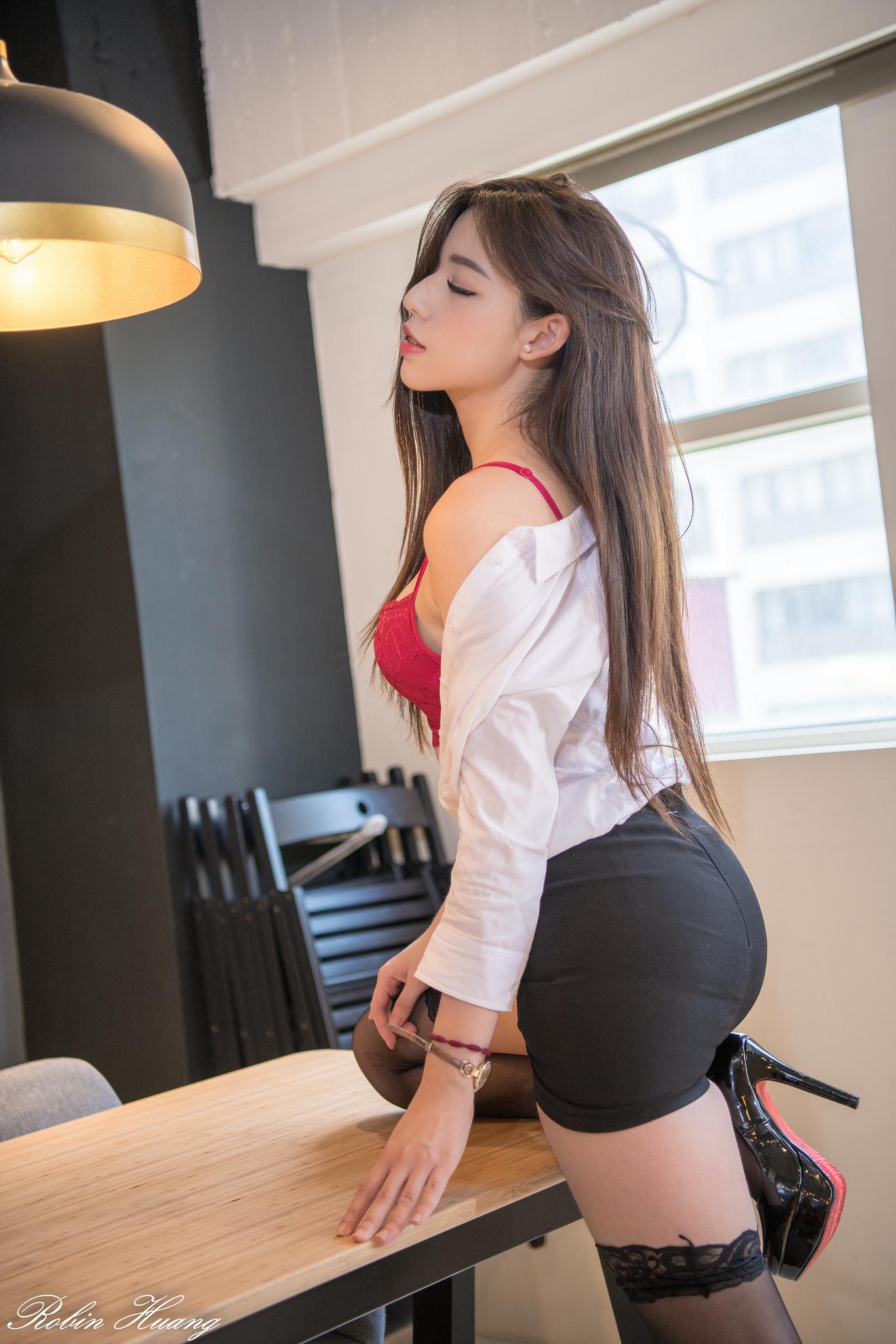 Красивые женские брюнетка в мини юбке или