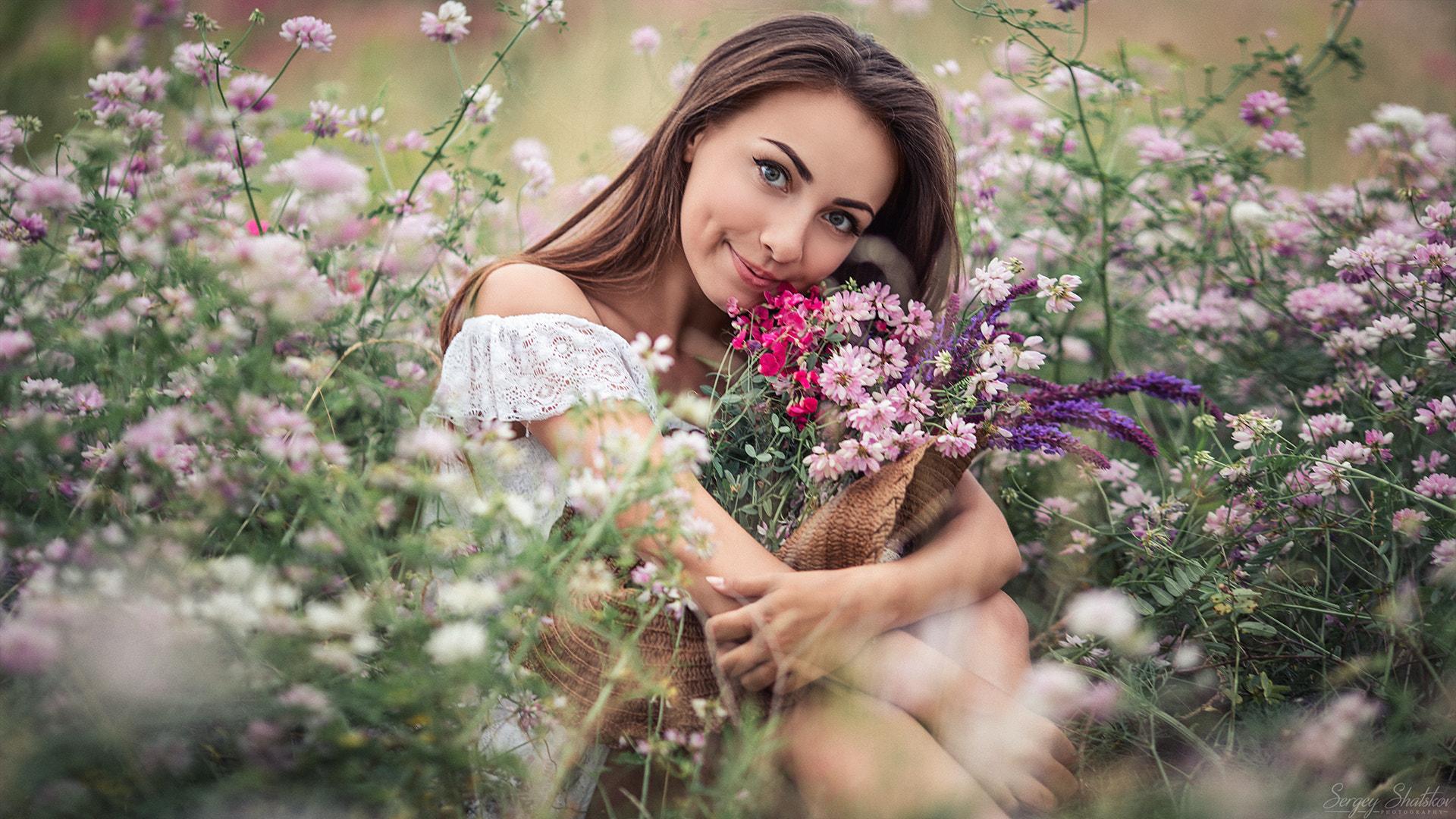 Полевые цветы и женщина фото