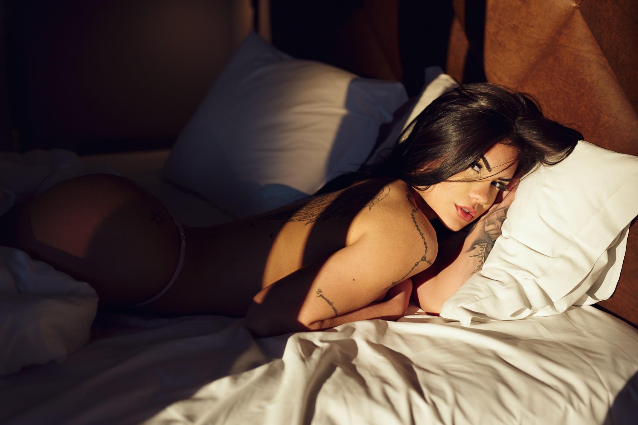 bryunetka-v-posteli-foto-porno
