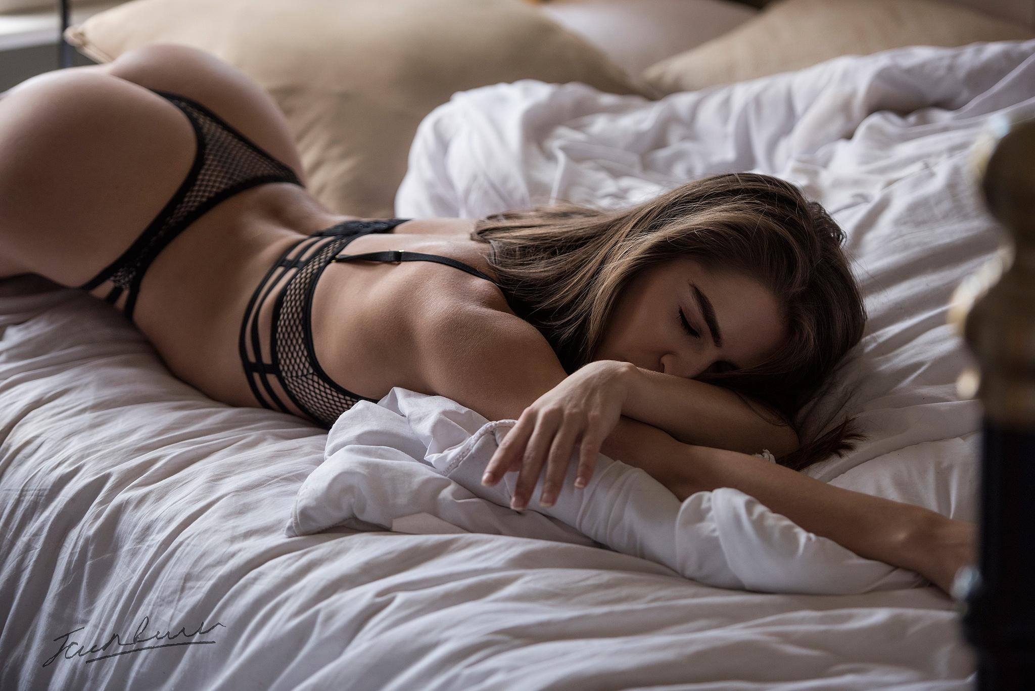 Смотреть видео про девушек в постели голые кончина женских