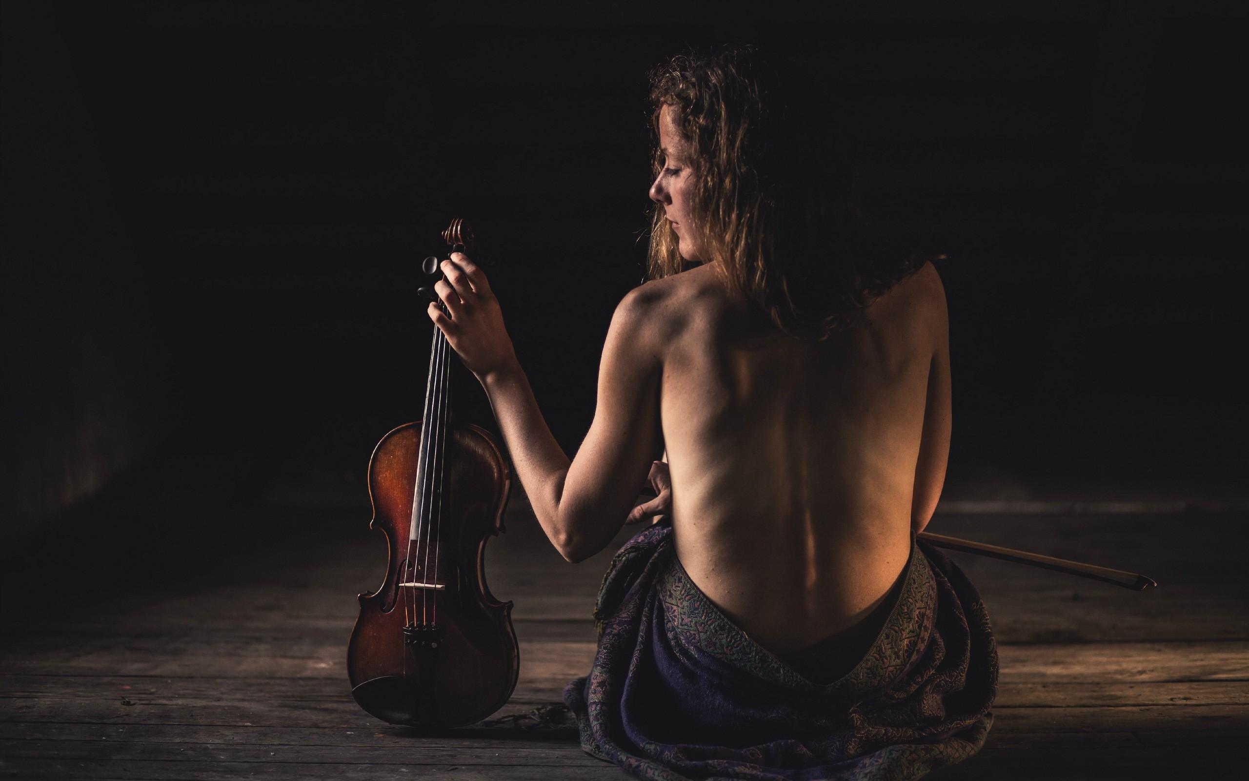 Female naked musicians — photo 10