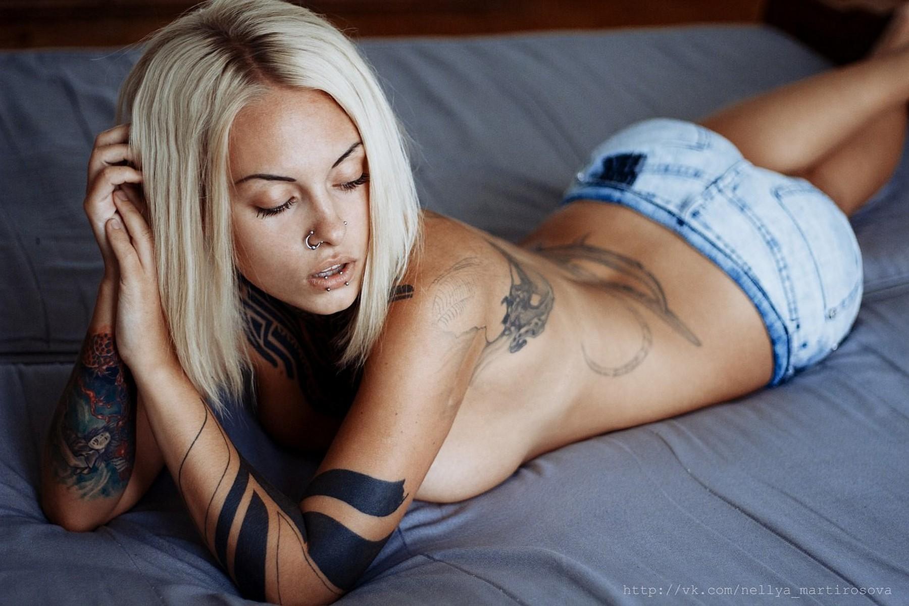 Baggrund Kvinder, Blondine, Bed, Shorts, Tattoo, Jeans-6304