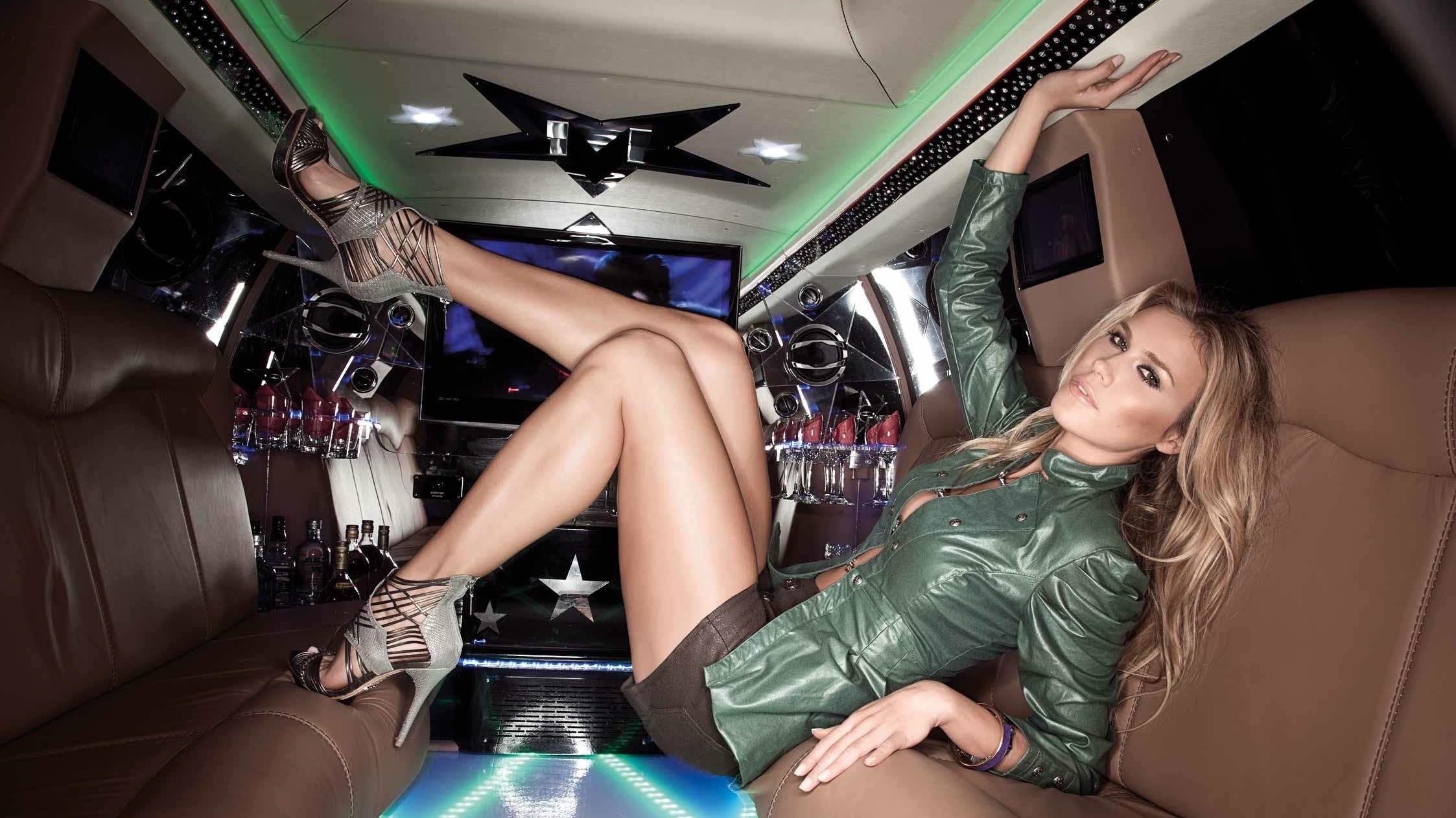Девушки в чулках в лимузине, оргии бразилии групповуха