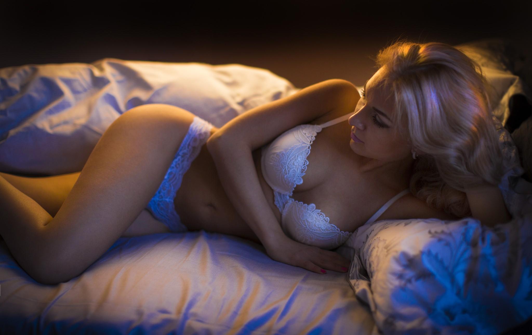 лежал красивые блондинки в нижнем белье в душе на кровати стал трогать
