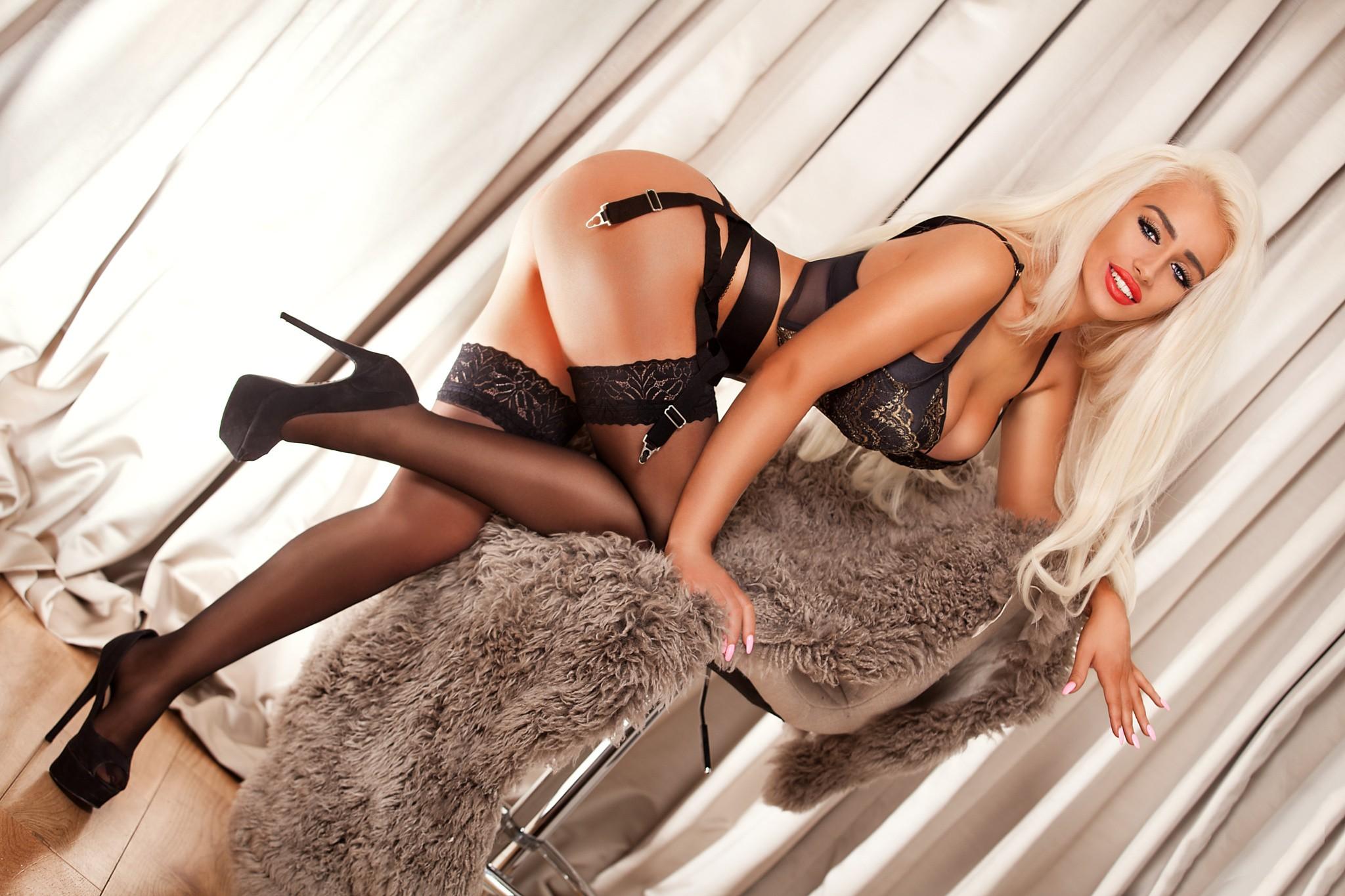 гладил между блондинки черных чулках пар ничего слышно