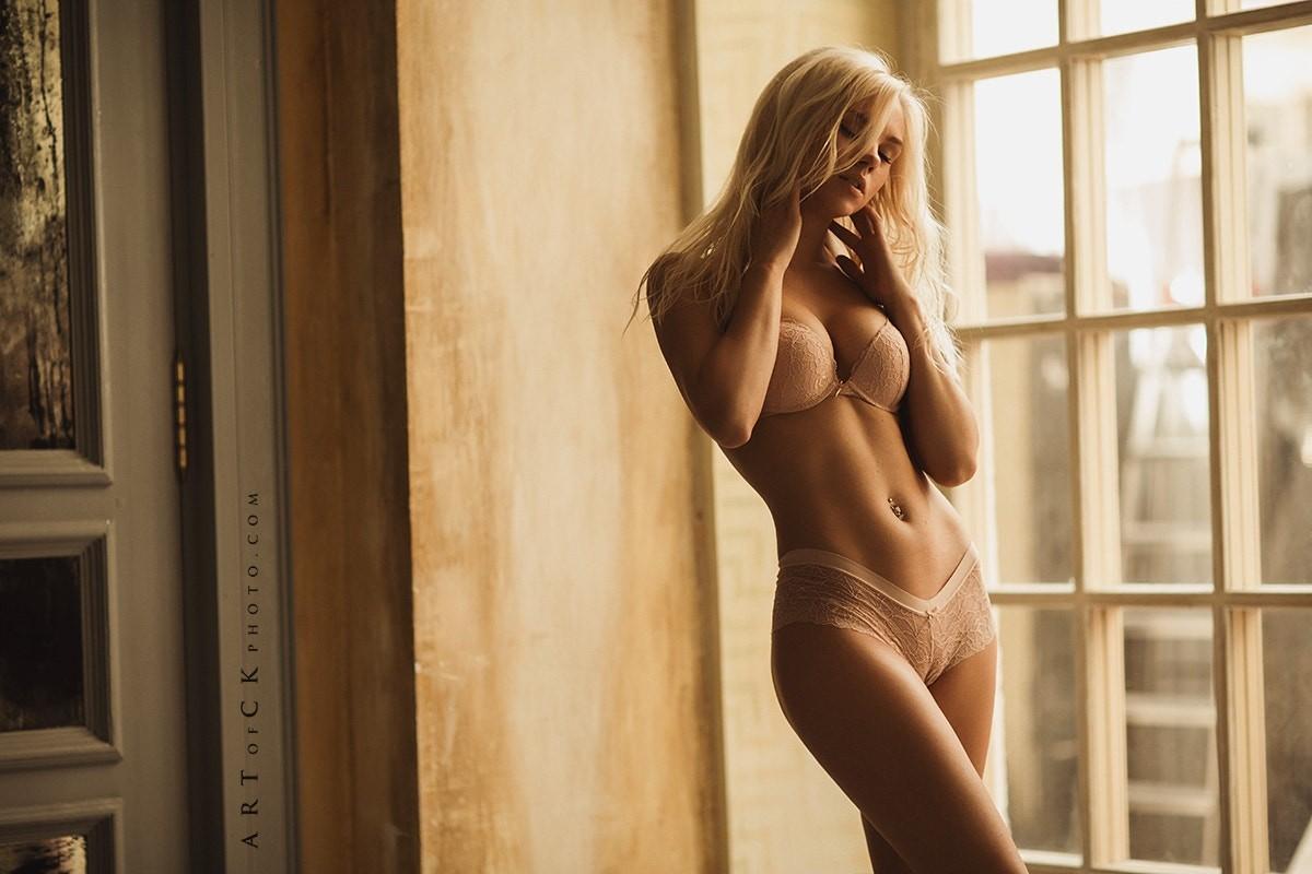 Модель на эротической фотосессии — 4