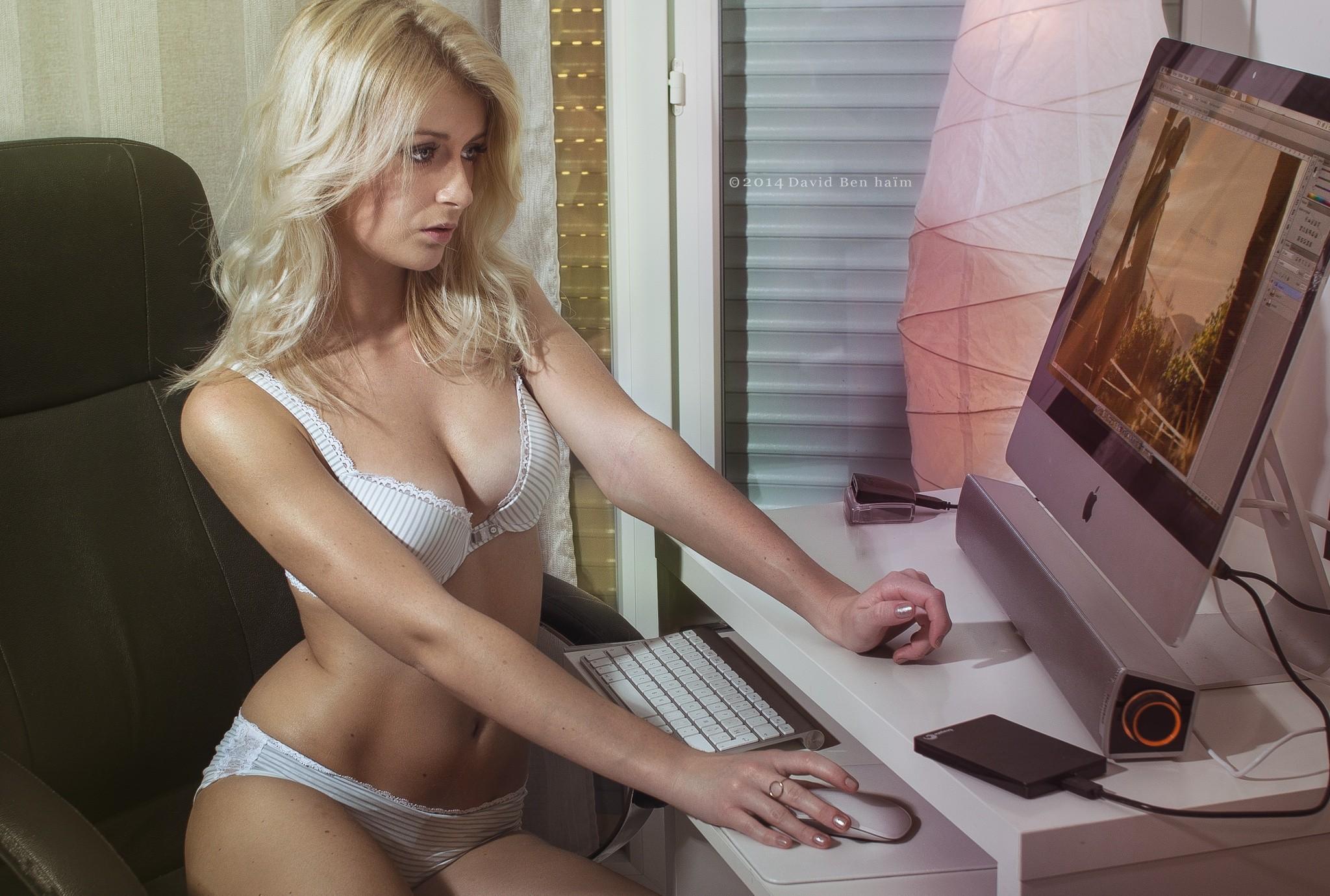 Эротичная блондинка за компьютером видео, порно садо мазо вакуум клитор