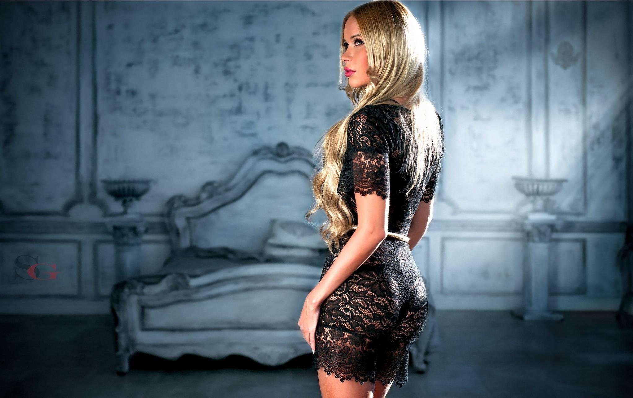 Фото красивых девушек блондинок в платьях черных