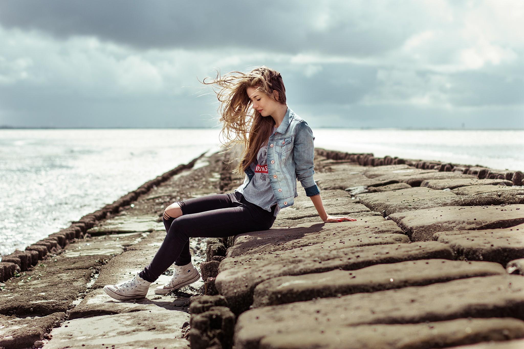 мне фото где девушка сидит на море это всё-таки миф