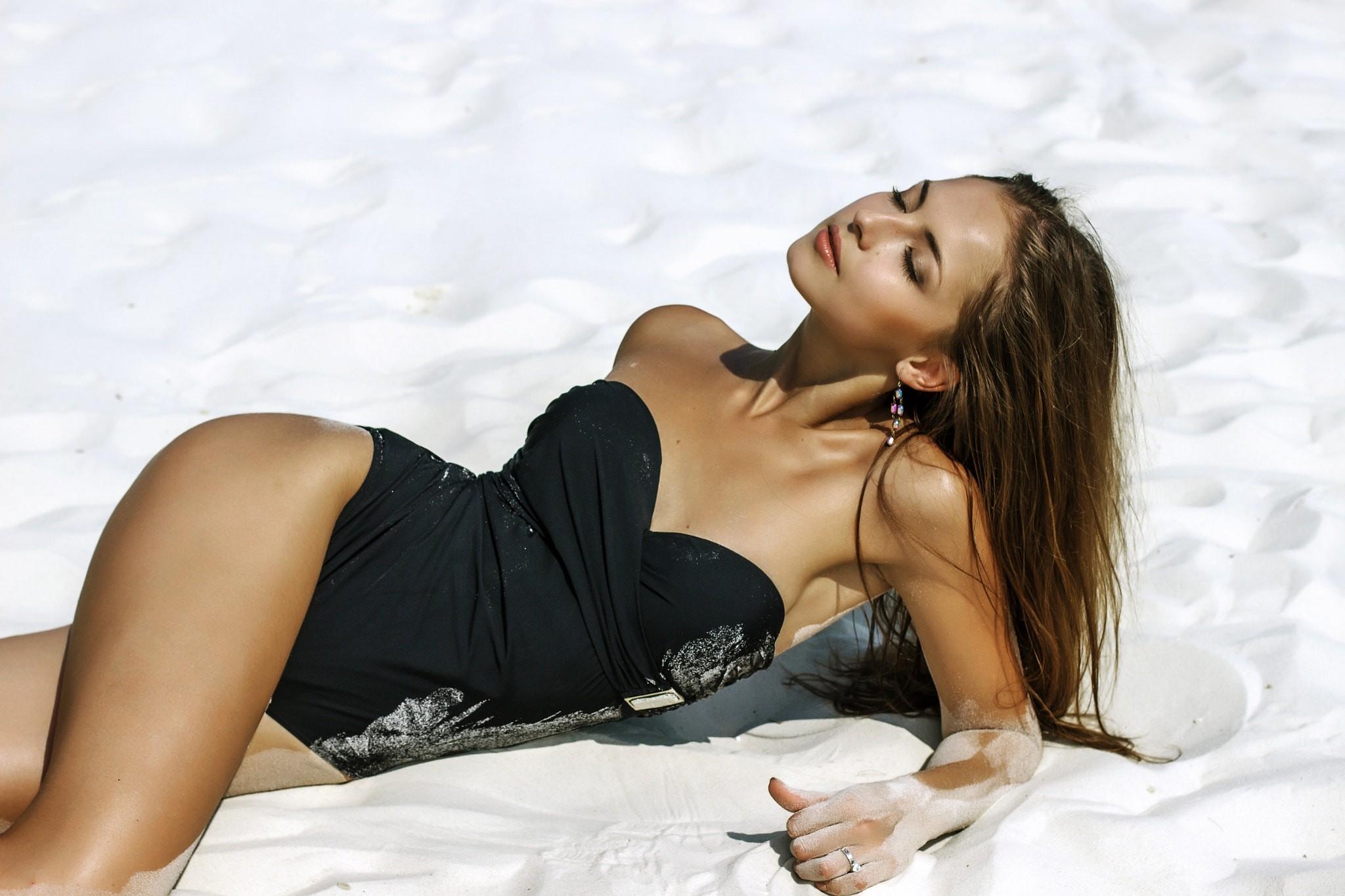 γυμνό μοντέλο παραλία