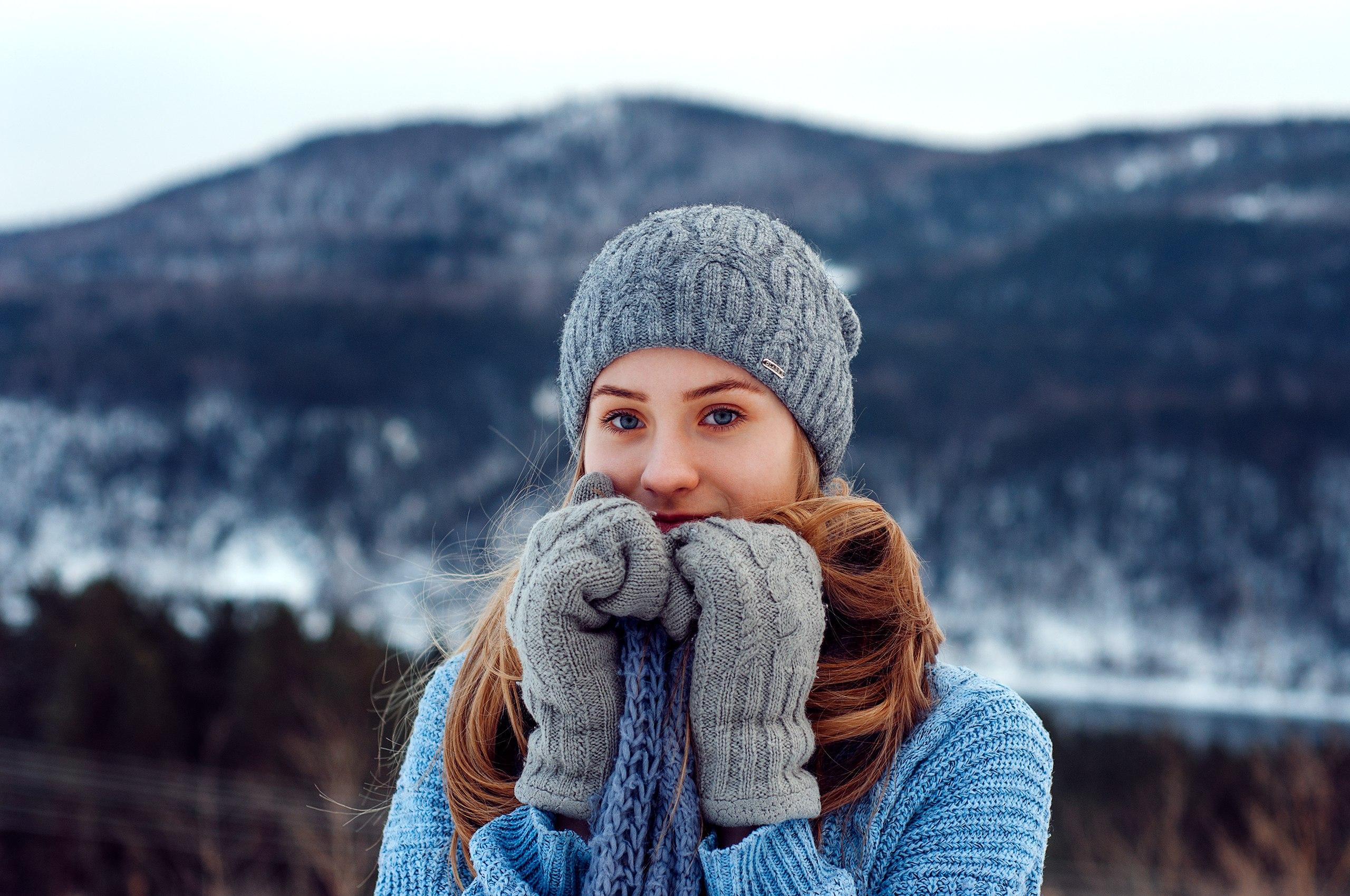 f53b3e94cf248 mujer modelo rubia suéter Mirando al espectador gorro de lana guantes  bufanda montañas nieve Mujeres al