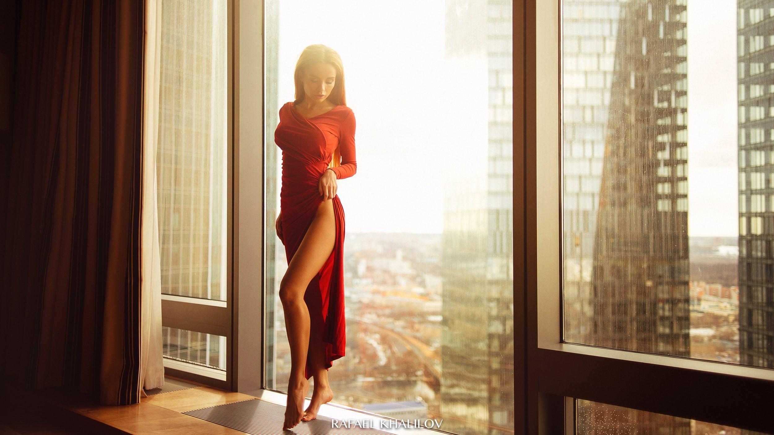 Картинка девушка блондинка со спины у панорамного окна с цветами