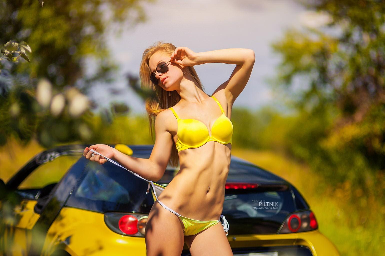 Все фото девушек в купальниках около машины