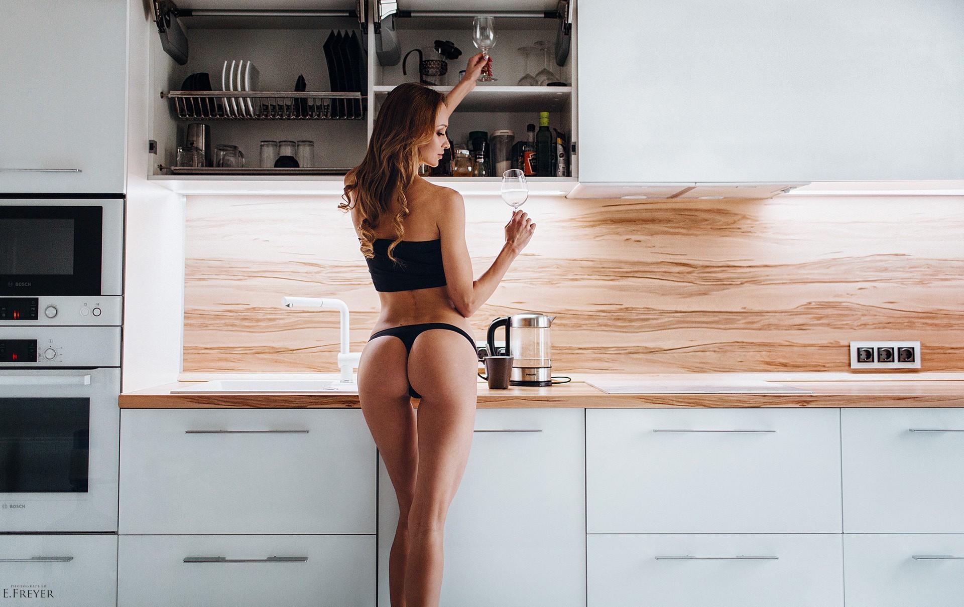 смотреть девушки на каблуках на кухне любой вечеринке