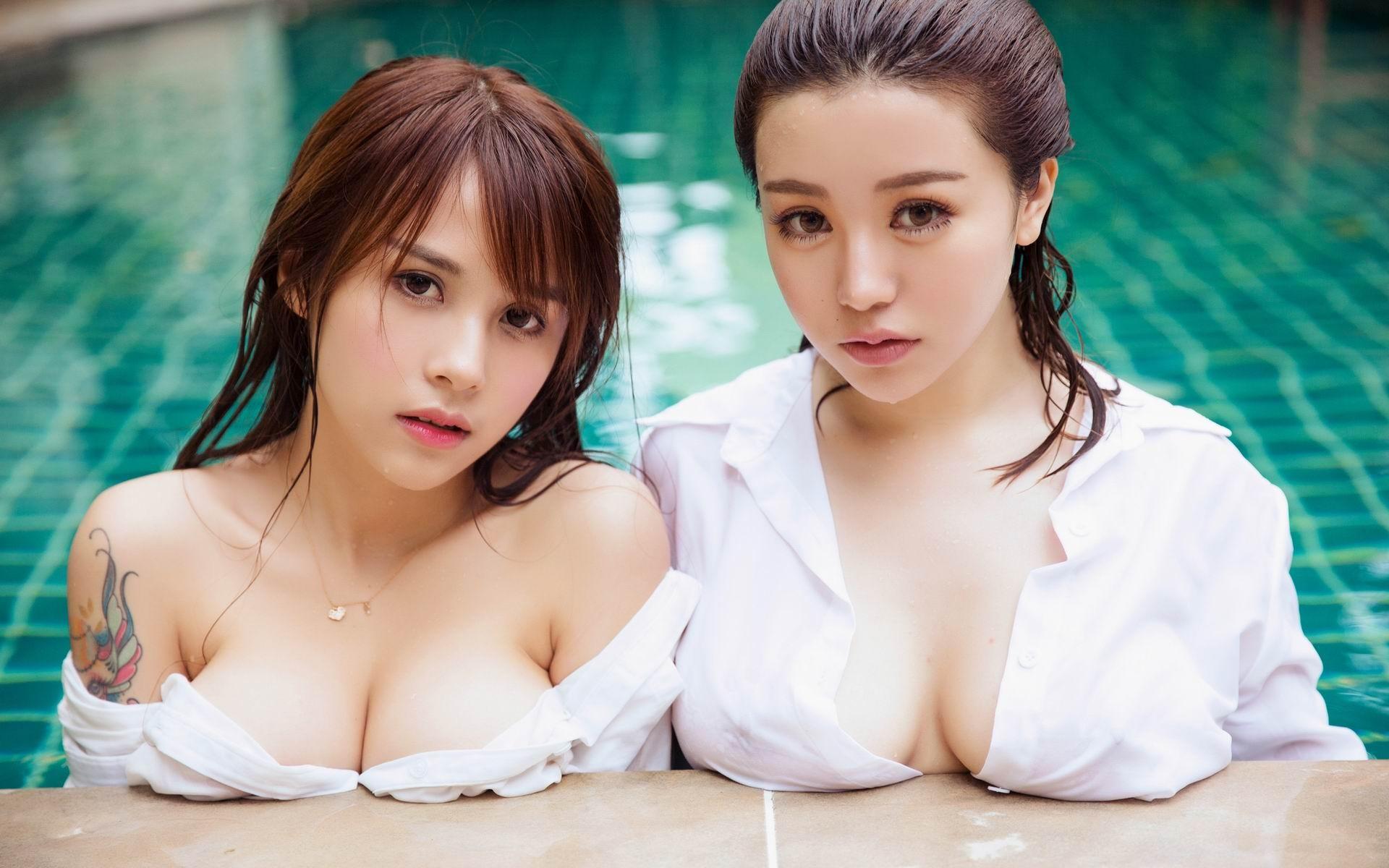 Ролики большие сиськи в одежде и в бассейне