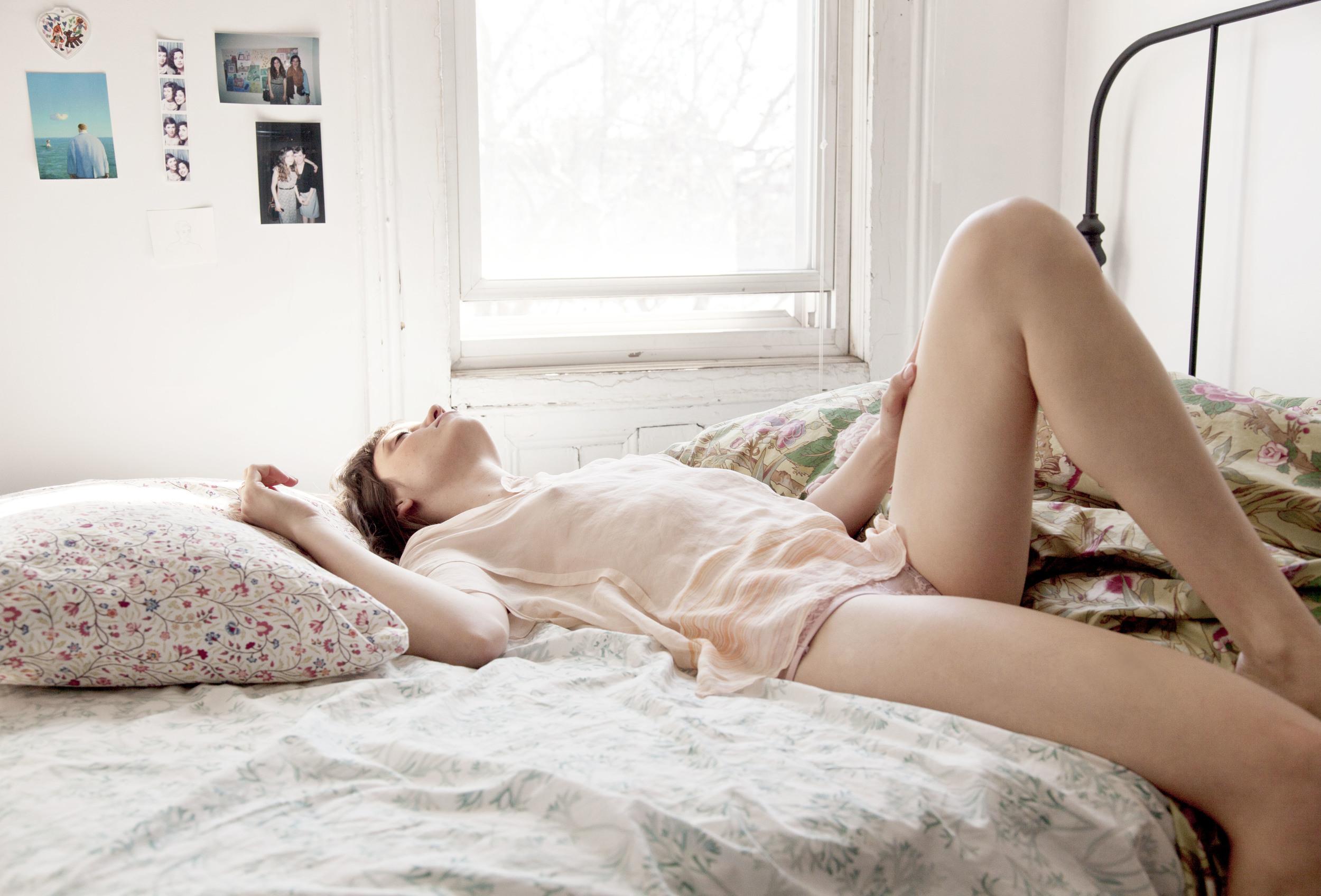 Широко раздвигает ножки гладит киску, Широко раздвинула ноги соло - видео 11 фотография