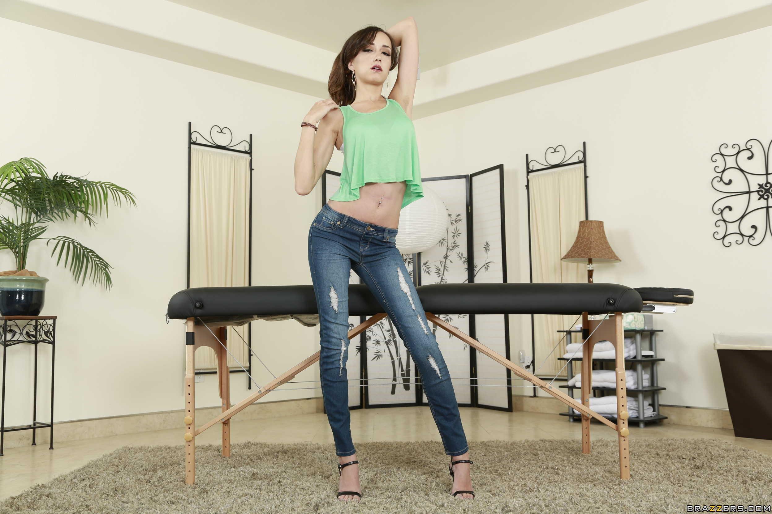 ffb7654a3b1 Baggrunde : Kvinder, model, brunette, Kigger på seeren, sidder, høje hæle,  armene op, jeans, lampe, mode, stående, gennemboret navle, tøj, Victoria  Rae ...
