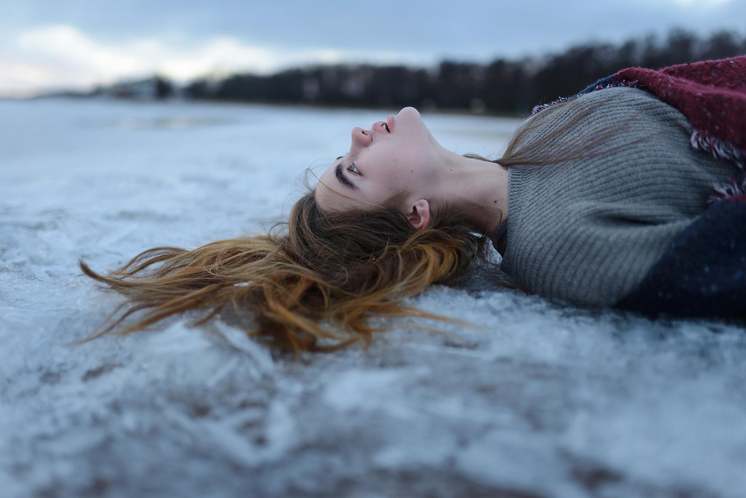 Фото девушки валяются в снегу