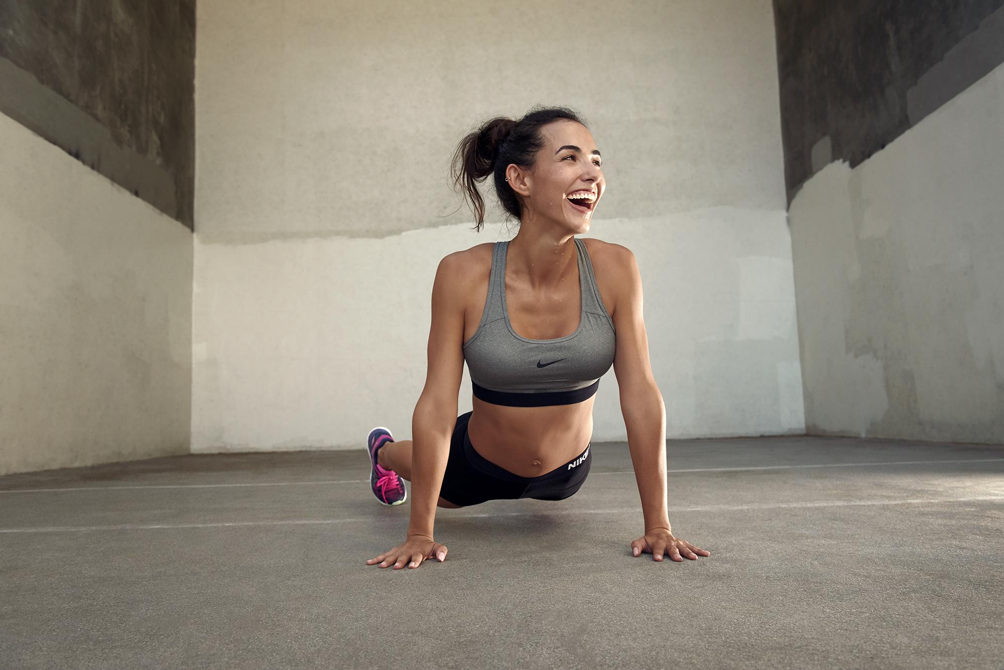 ženy model bruneta sportovní oblečení sportovní podprsenka krátké šortky  Nike hairbun fitness model cvičení usmívající se eb74babdab4