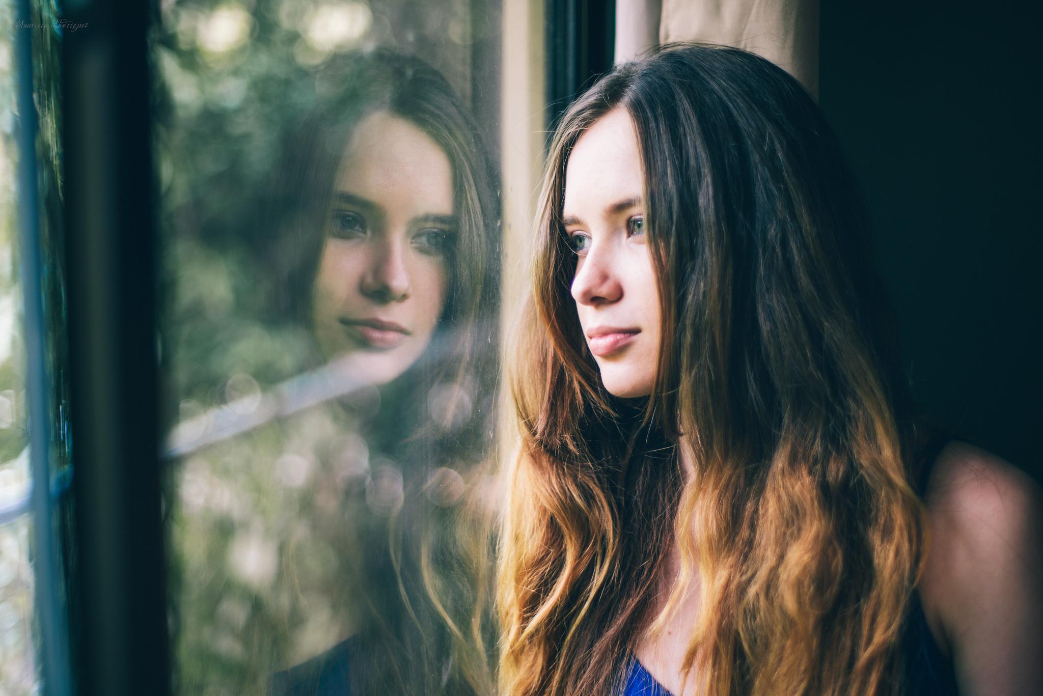 2eed9e557 mulheres modelo morena janela reflexão Olhando para fora da janela Mulheres  dentro retrato