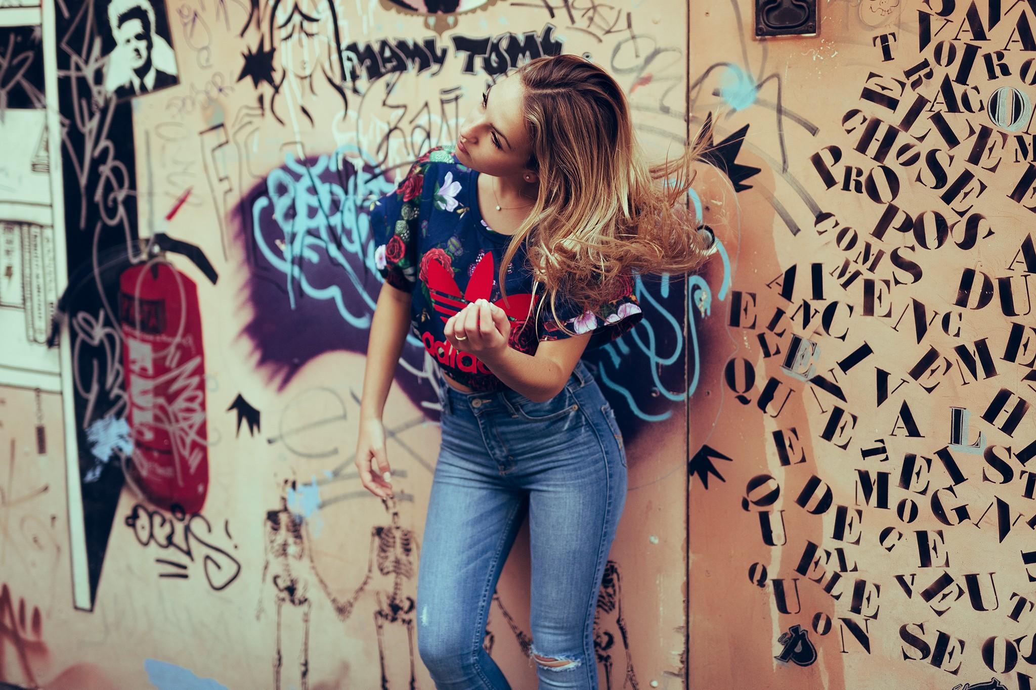 Frau Modell  Jeans Mode KUNST Farbe Wände 2048x1365 Px Fotoshooting  Interaktion