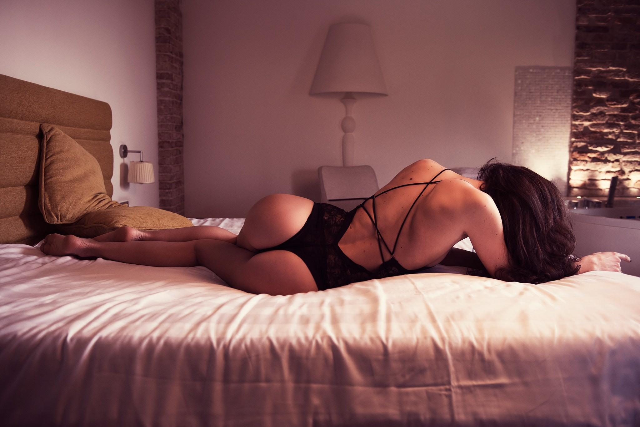 Сексуальные девушки в постели в купальнике видео