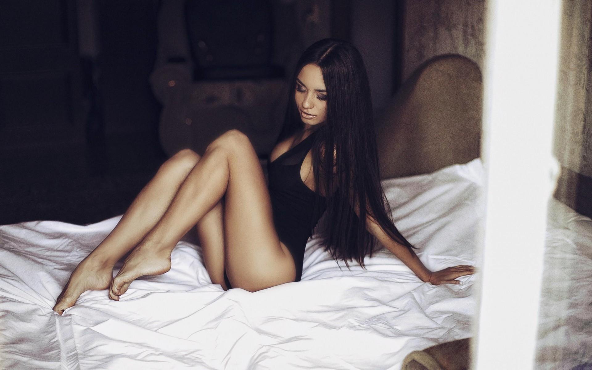 В постели с брюнеткой, телкам кончают в ротик нарезка