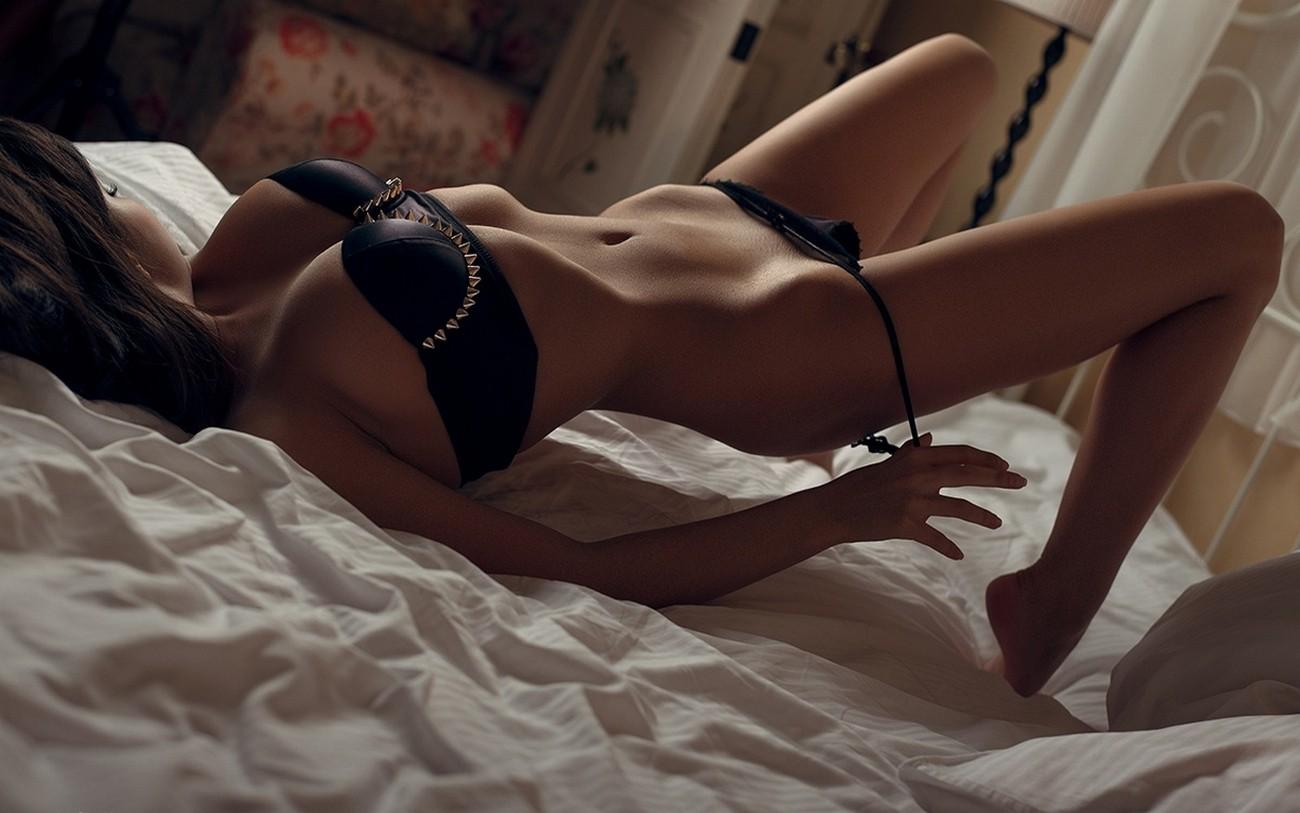 Фото девушек брюнеток в постели по домашнему, Голые жены в постели (34 фото) Частное 11 фотография