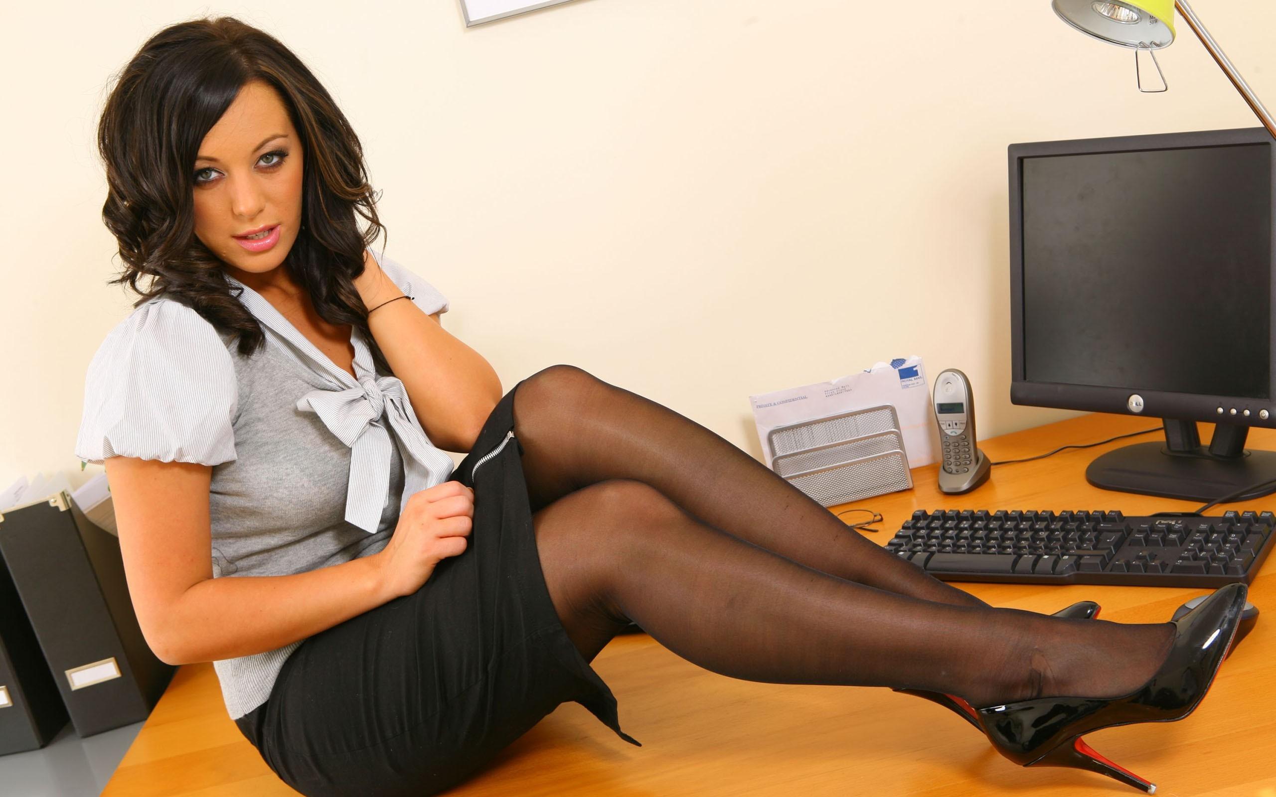 Фото русской зрелой дамы за рабочим столом, пизда крупно сзади