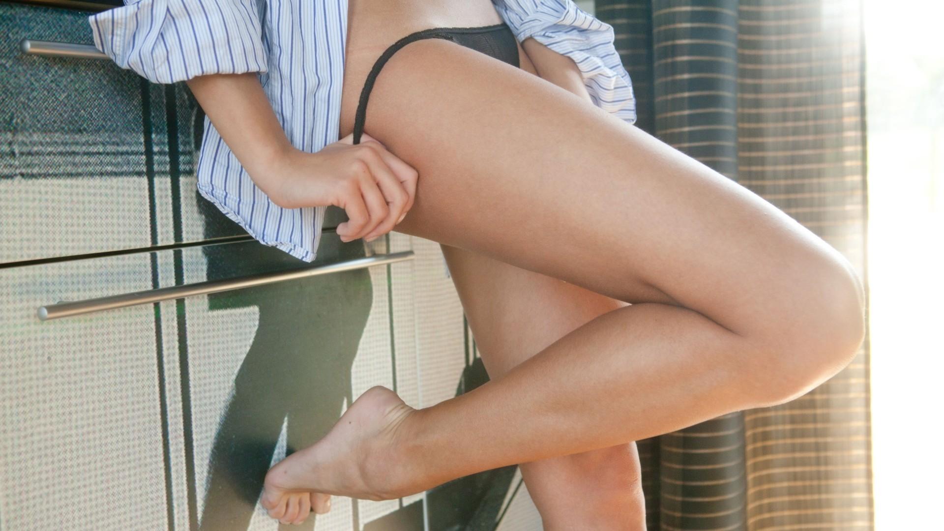 смущенные трусики на ногах фото - 13