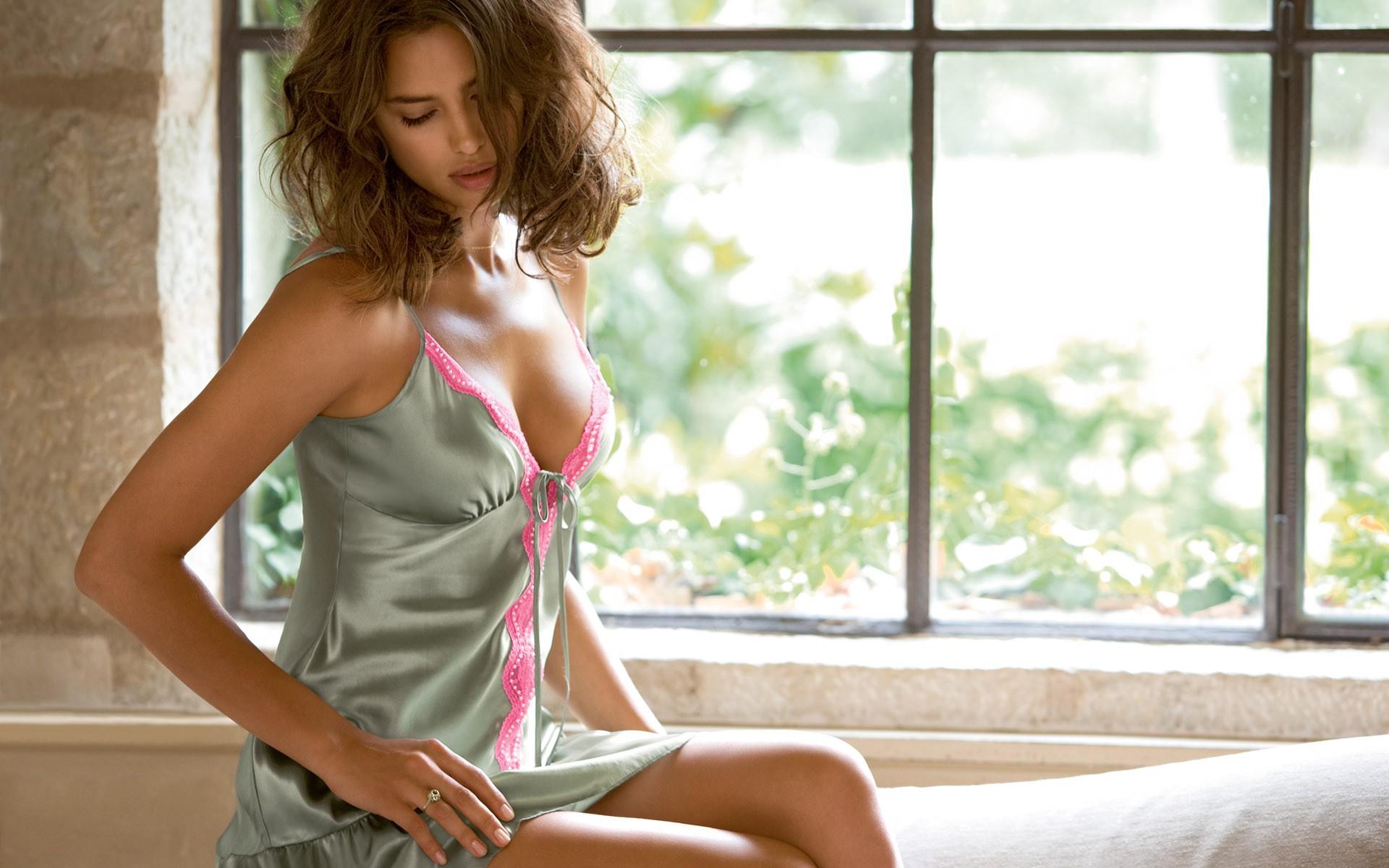 Девушка в ночной рубашке фото