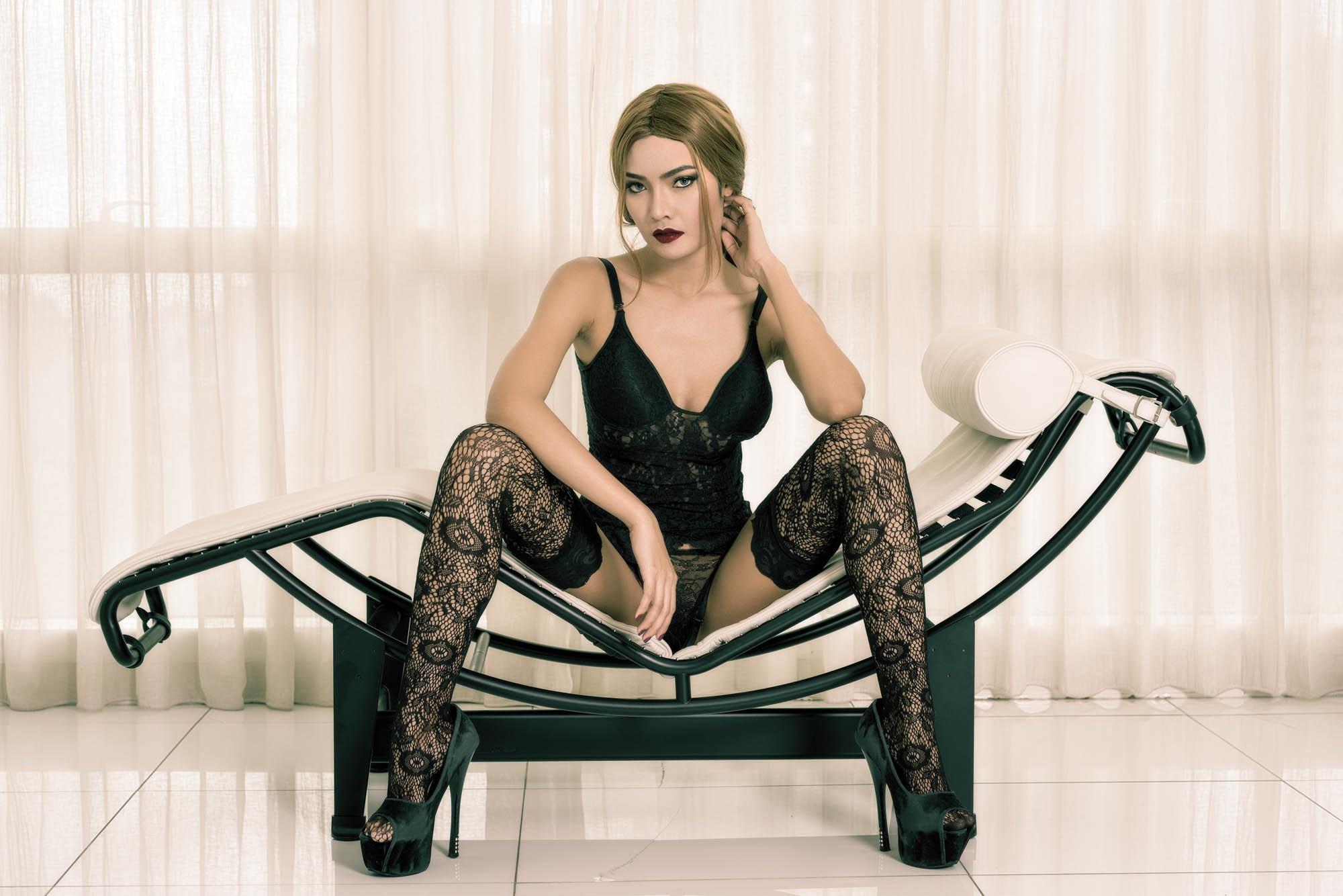 Женщина сидящая на стуле в чулках — photo 13