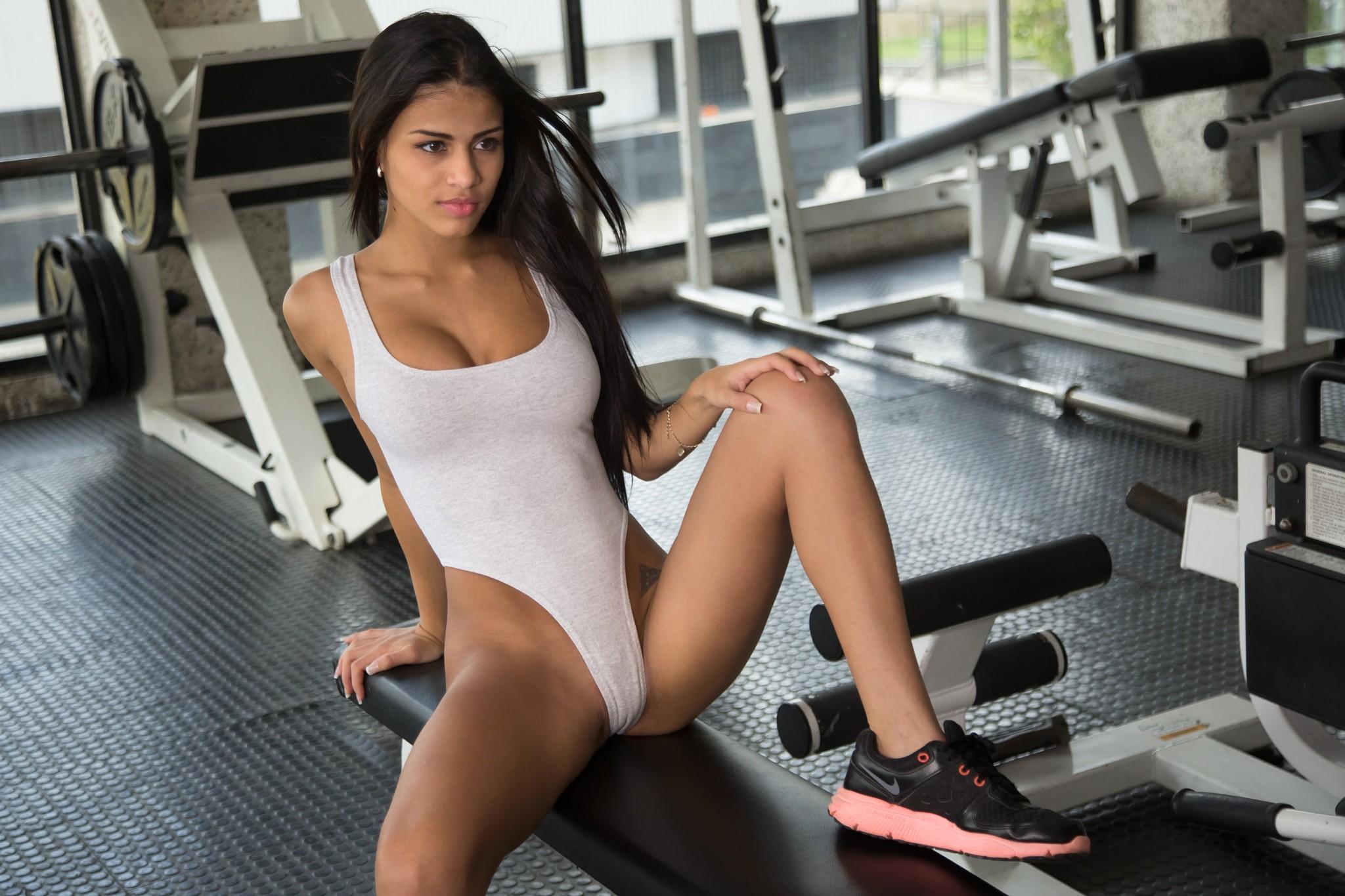 Раздвинула ноги с спортзале