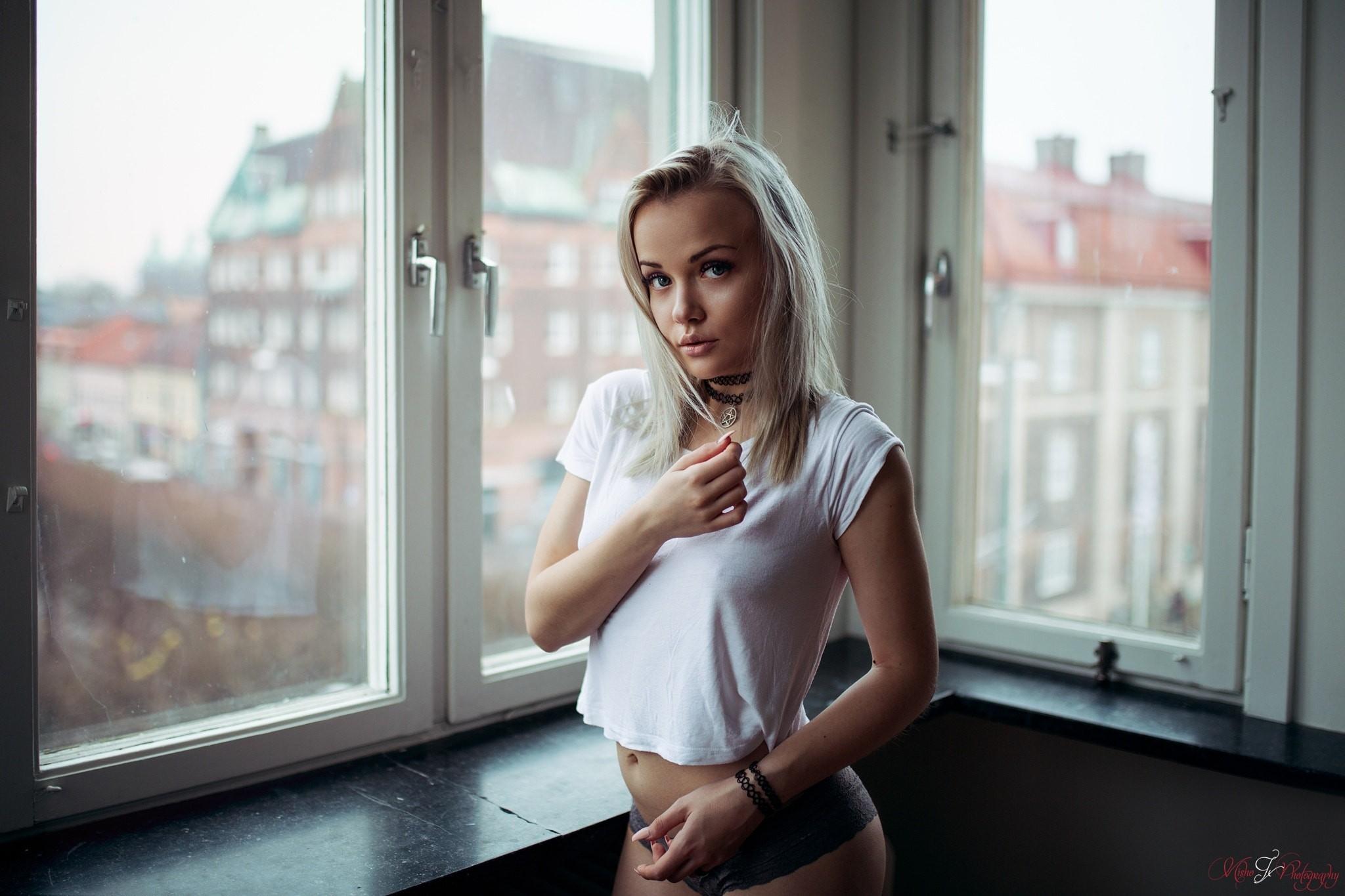 foto-blondinki-u-okna-porno-na-plyazhe-s-dvumya-krasotkami