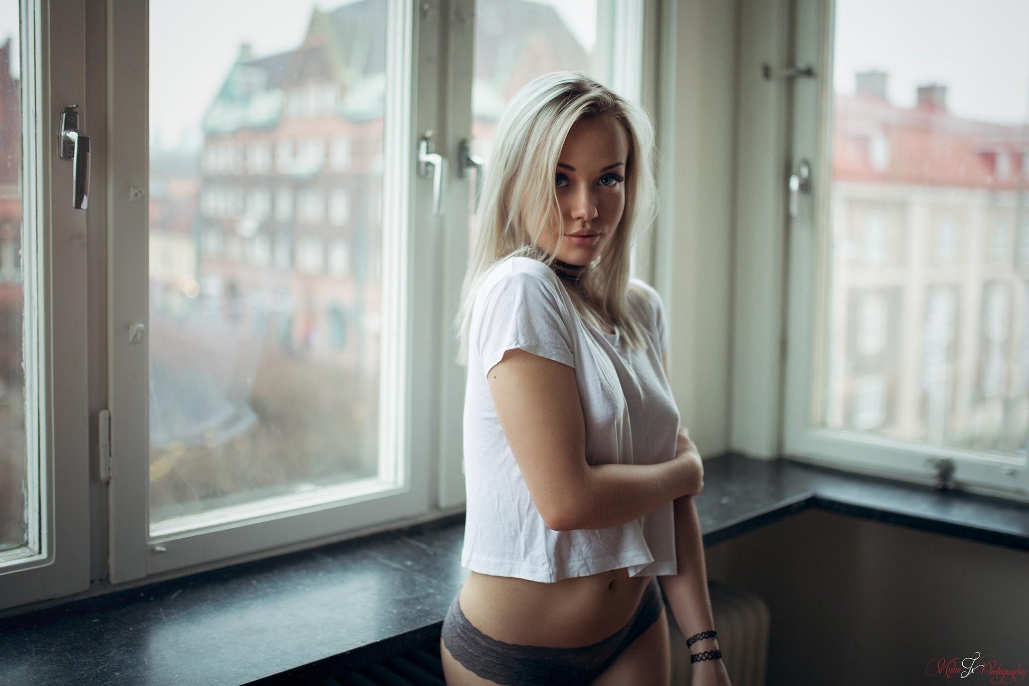 trahaet-svoyu-foto-blondinki-u-okna-zhestkoe-porno-slezami