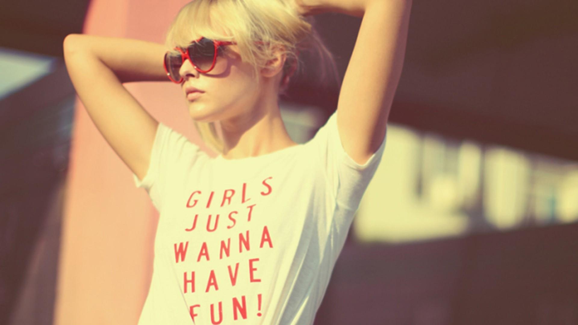 Фото на аву для девушек весёлые