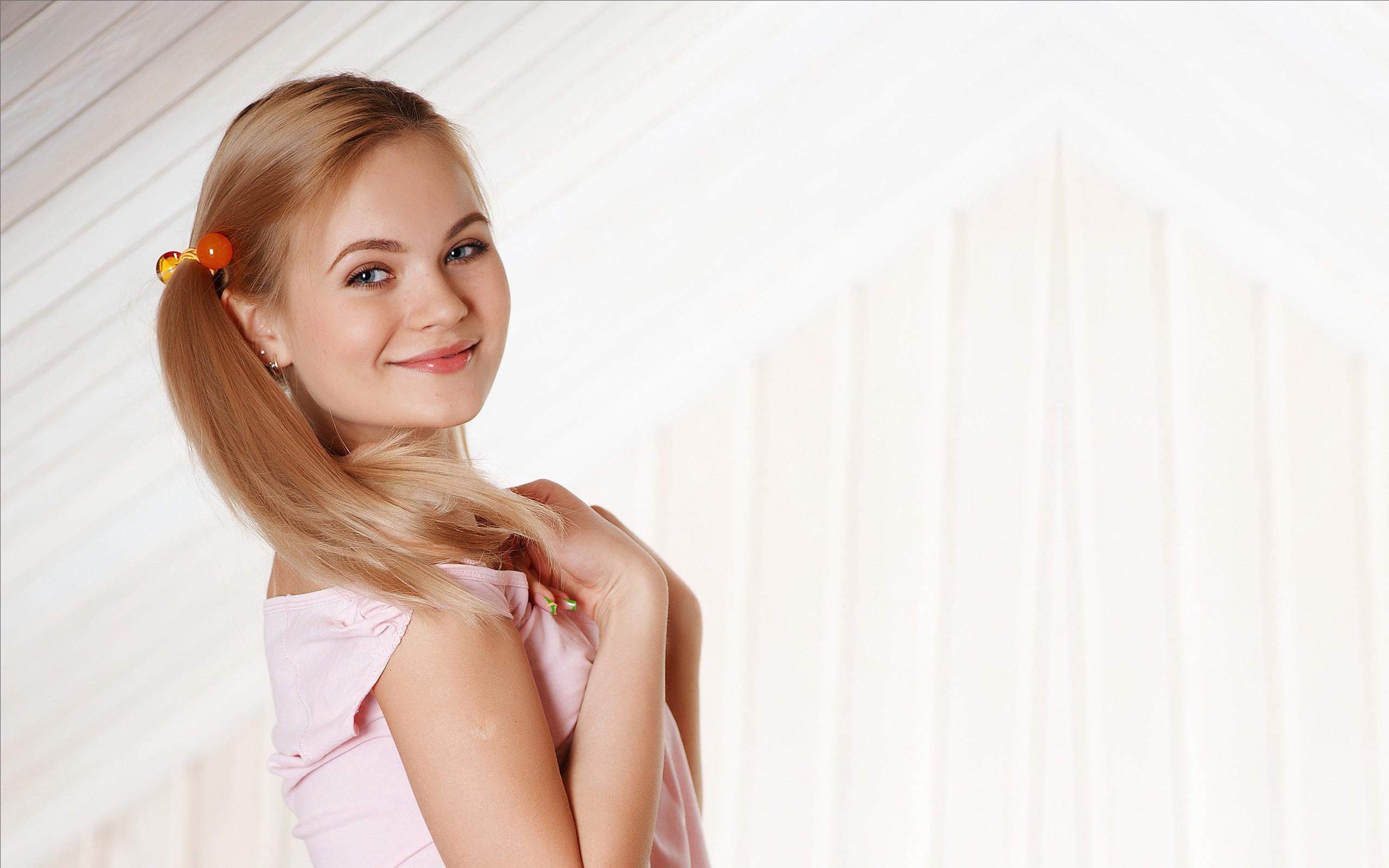 Wallpaper : women, model, blonde, simple background, long hair ...